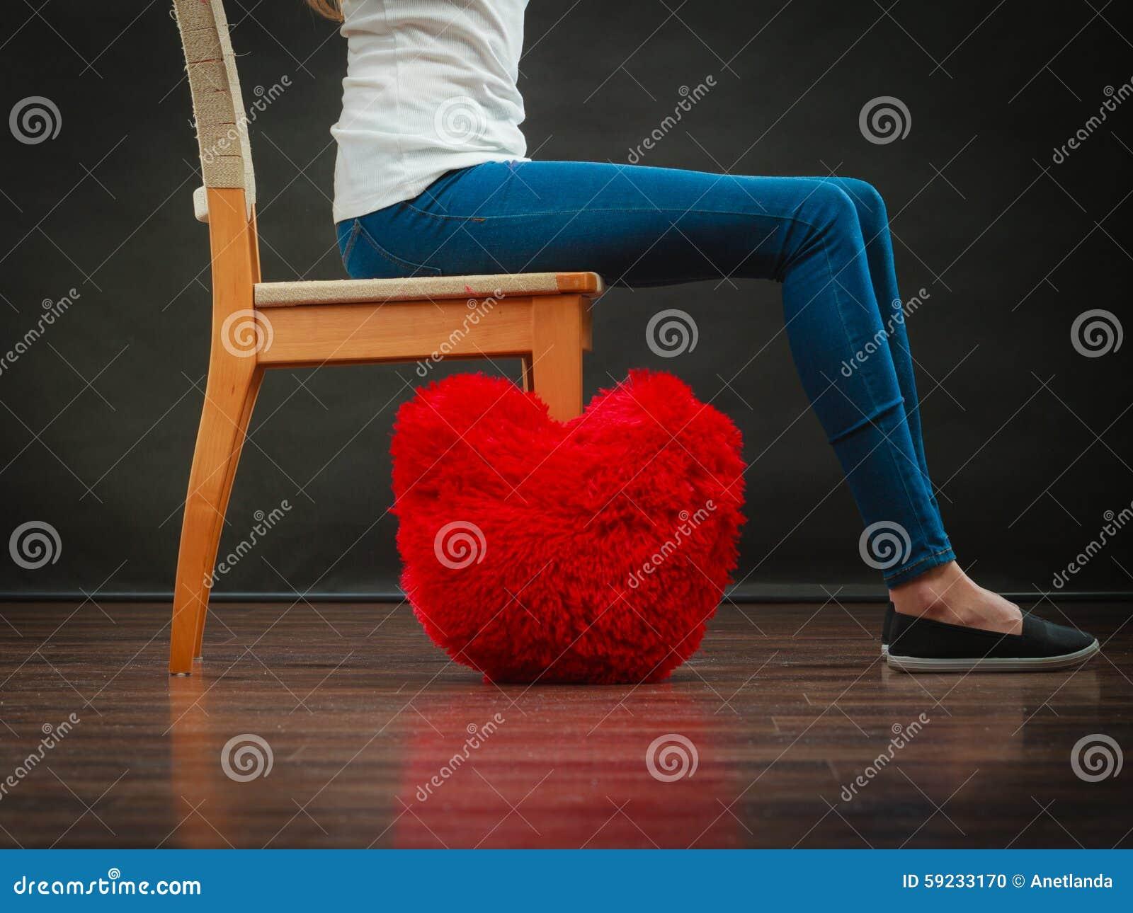 Download Las Piernas De La Mujer Con El Corazón Rojo Soportan En Piso Foto de archivo - Imagen de mujer, tristeza: 59233170