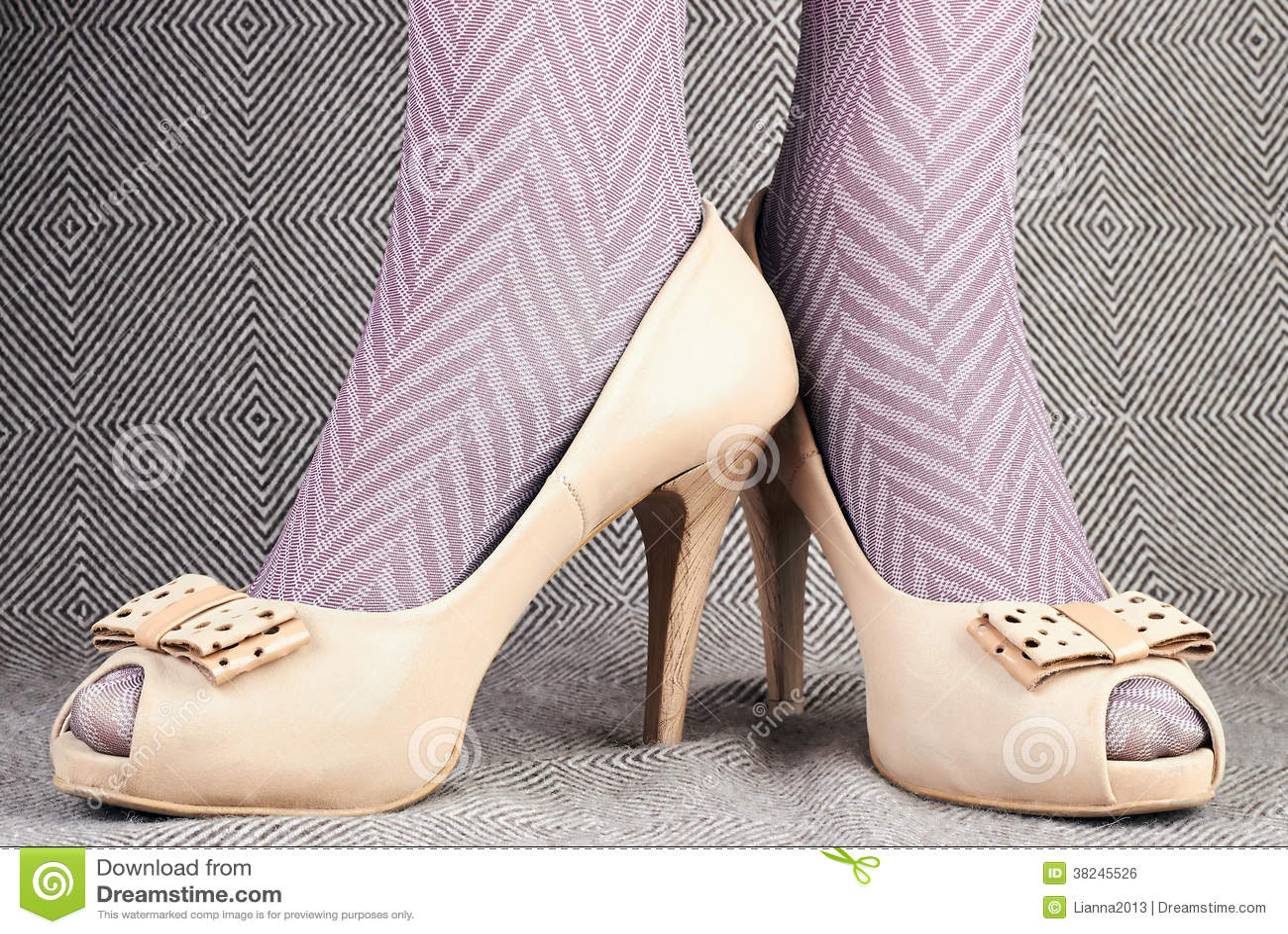La Cuero Los Las Mujer Con Zapatos En De Medias Piernas Abiertos qwva0fxE