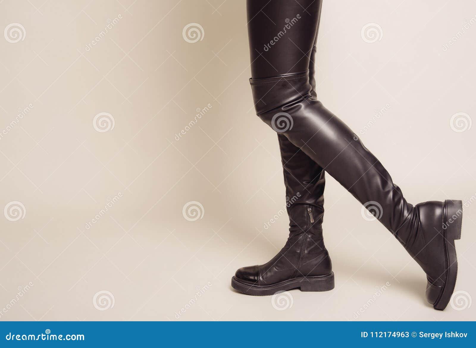 Las Piernas Delgadas Del ` S De Las Mujeres En Pantalones De