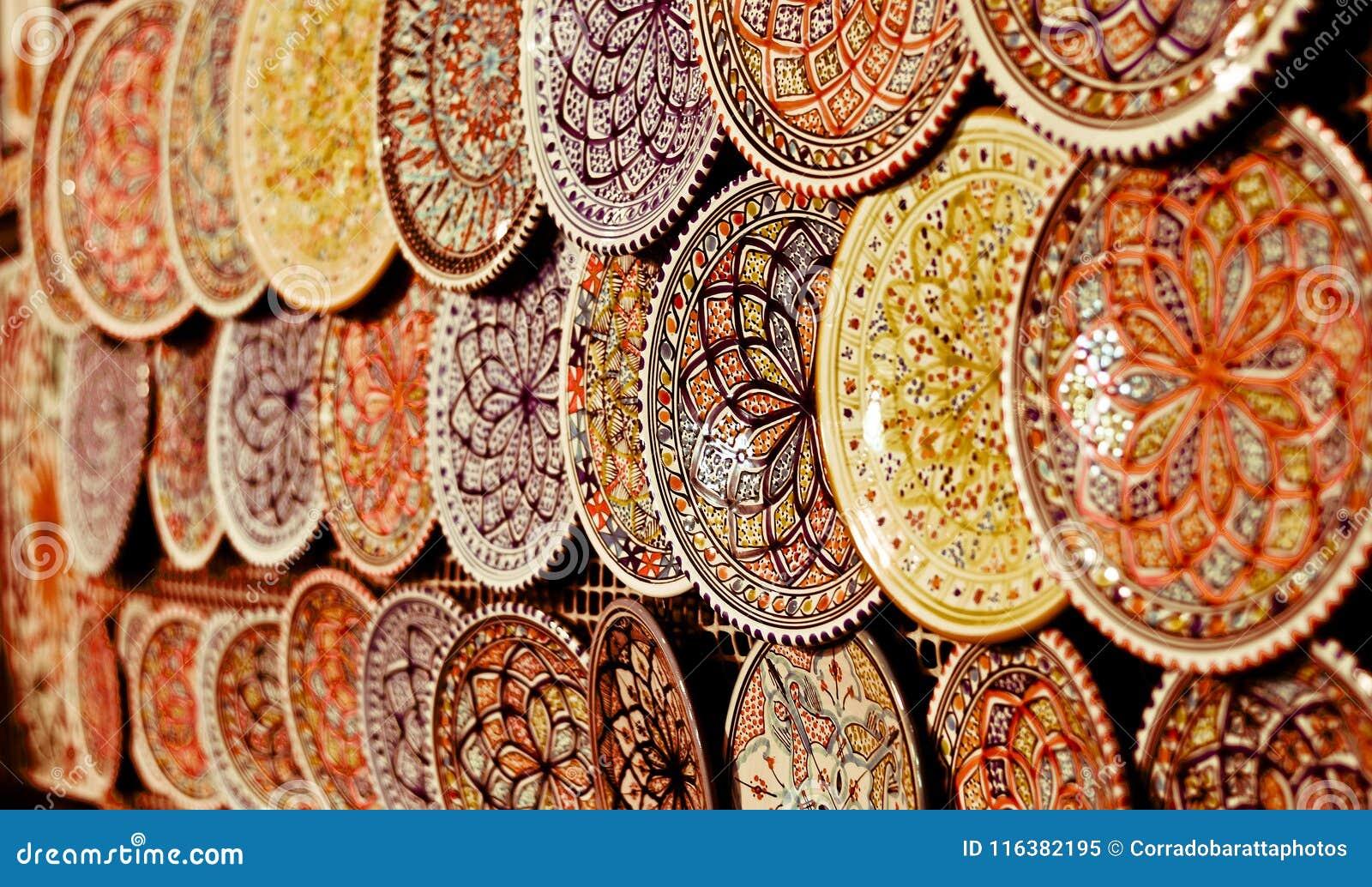 Las placas de cerámica coloridas colgaron en la exhibición en mercados orientales en el casbah