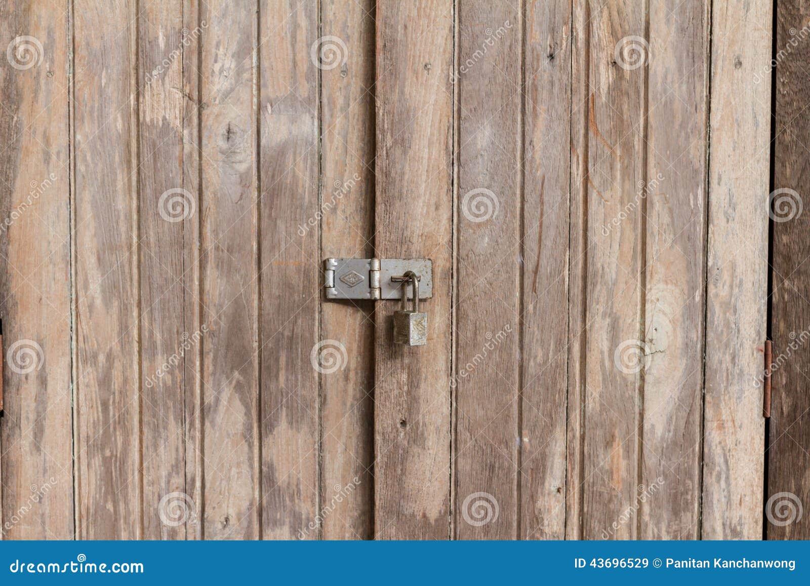 Las puertas de madera viejas son bloqueadas foto de - Puertas viejas de madera ...