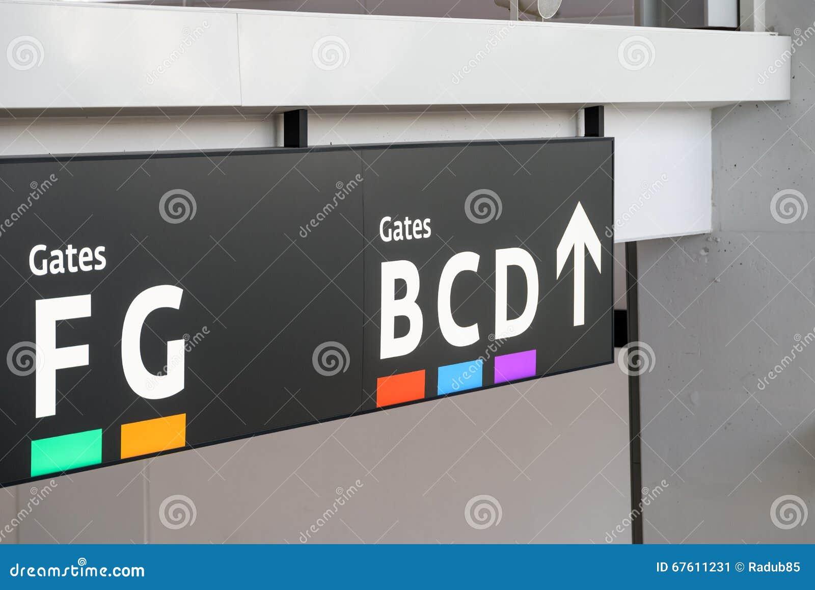 Las puertas de salida firman adentro el aeropuerto