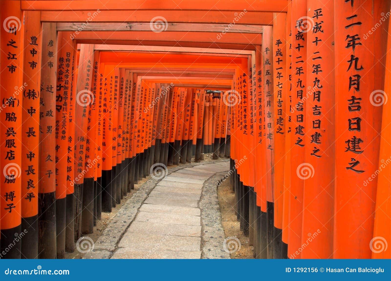Las puertas de Torii de Fushimi Inari Shrine en Kyoto, Japón