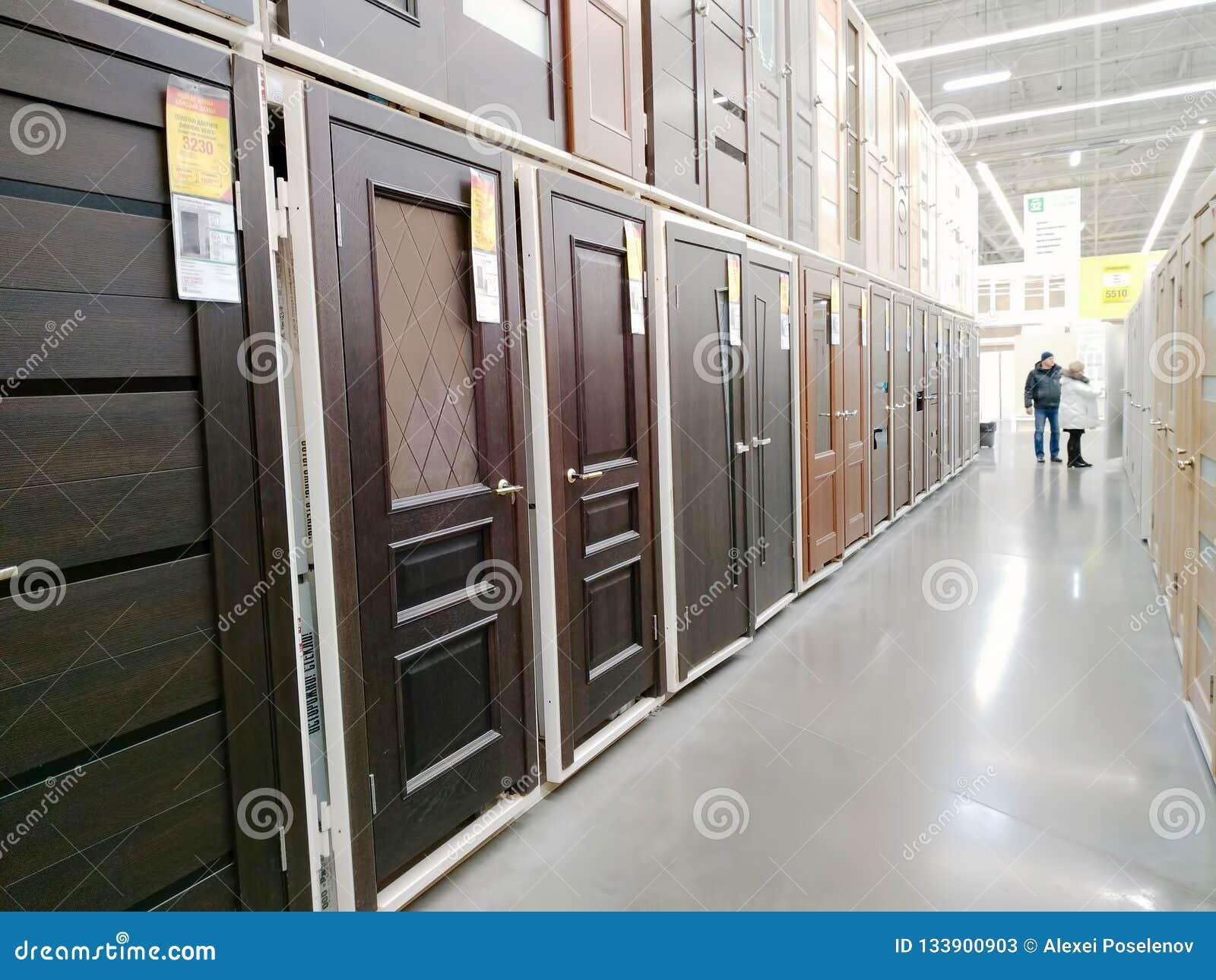 Las Puertas Interiores De Madera Se Venden En Un Supermercado Grande