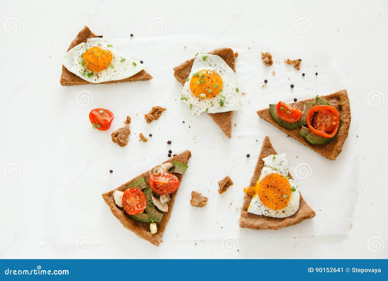 Las Rebanadas De Empanada Similares A La Pizza Con Las Verduras El Huevo Y El Aguacate Mienten En El Fondo Blanco Visión Superi Imagen De Archivo Imagen De Blanco Similares 90152641