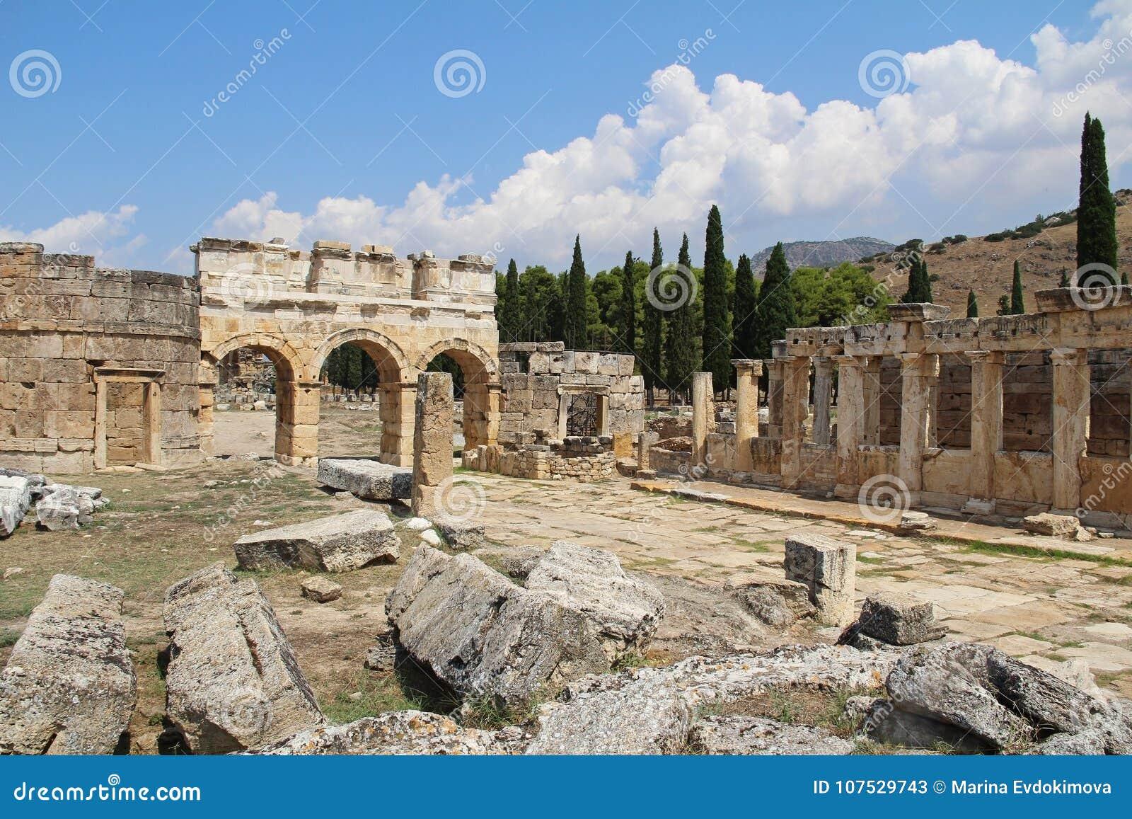 Las ruinas de la ciudad antigua de Hierapolis al lado de las piscinas del travertino de Pamukkale, Turquía La calle de Frontinus
