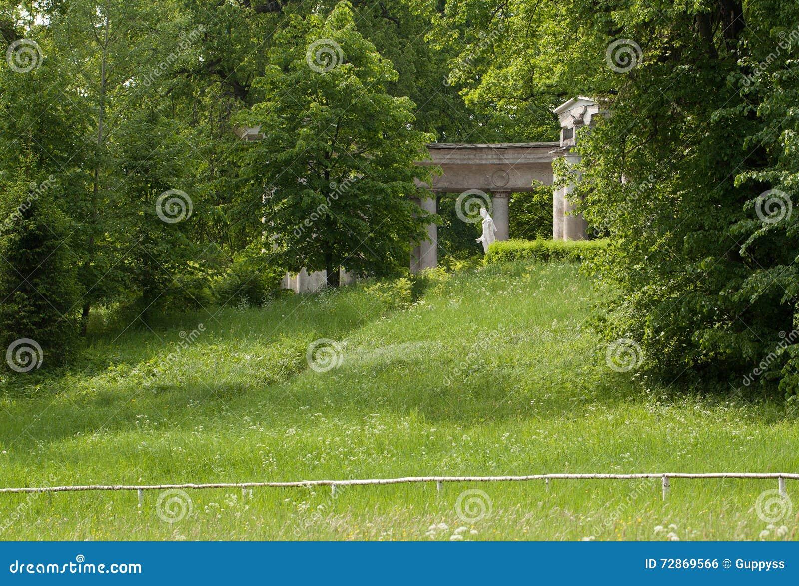 Las ruinas de la columnata antigua en el verano parquean