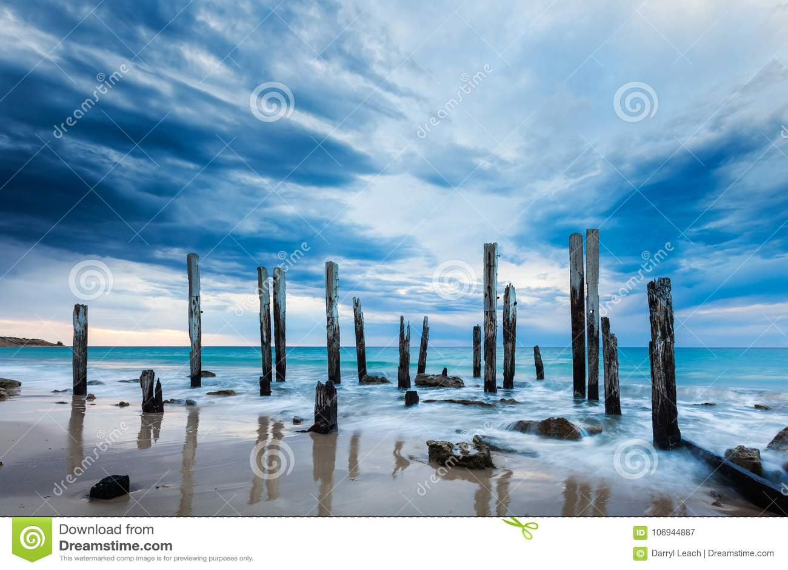Las ruinas del embarcadero de Willunga del puerto en un día cubierto