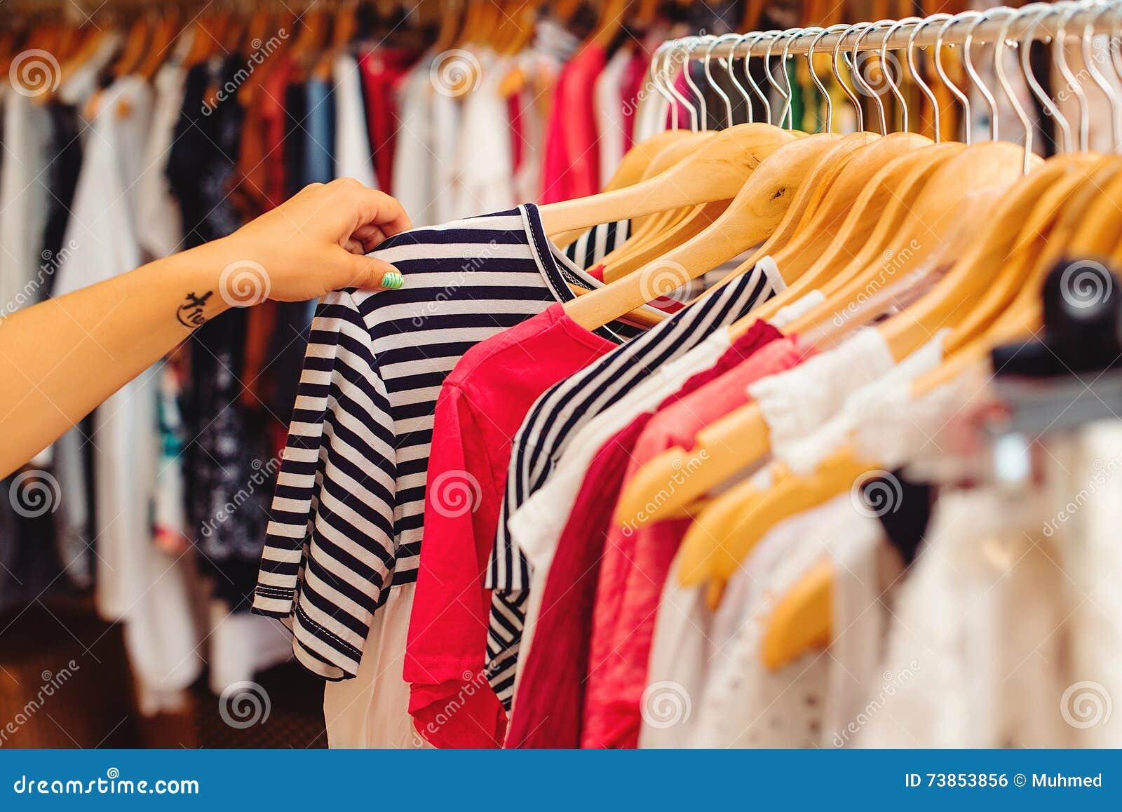 de4fd7c76 Las suspensiones de ropa con ropa colorida en las mujeres hacen compras  Venta del verano