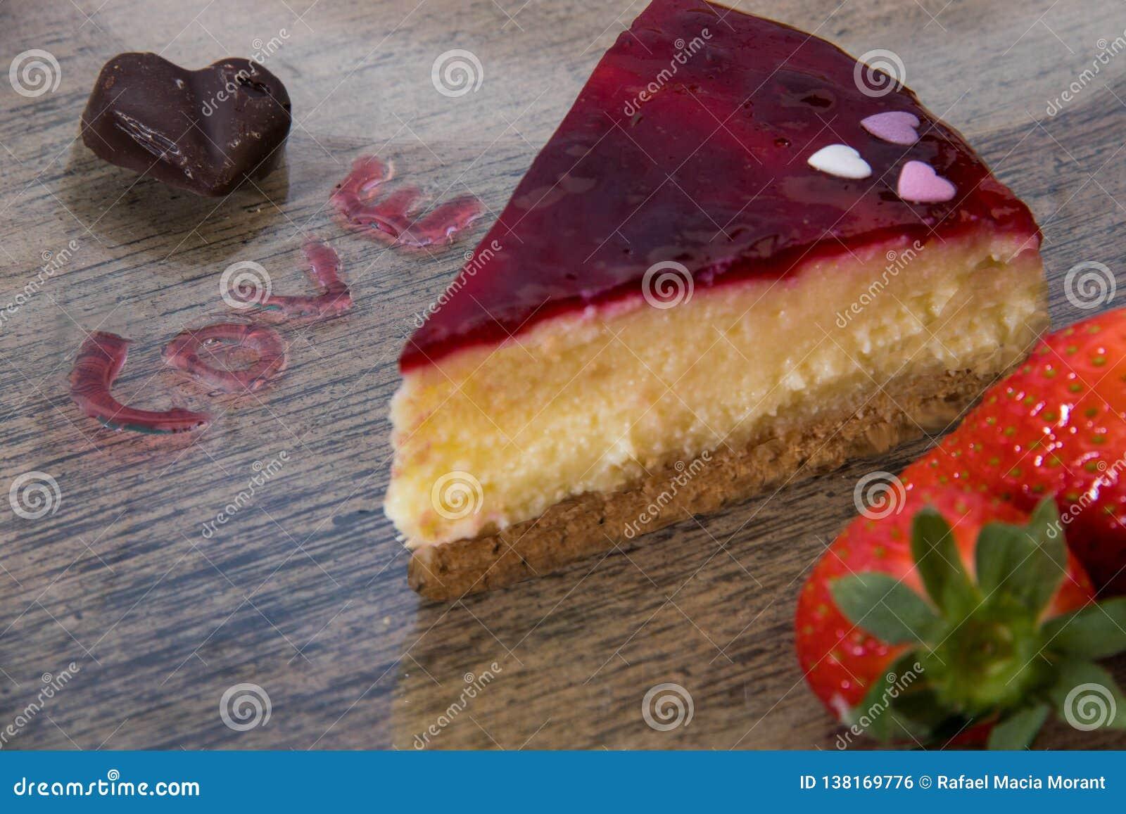 Las tarjetas del día de San Valentín excelentes desayunan de la torta del corazón de las fresas por el atasco con la letra de los