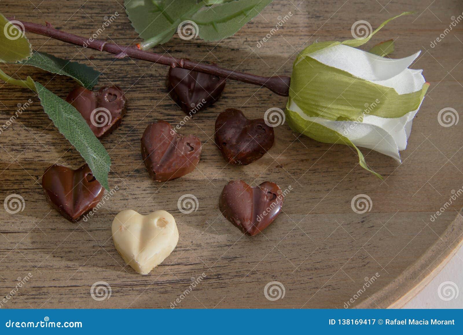 Las tarjetas del día de San Valentín excelentes desayunan del zumo de naranja, de los chocolates del corazón y de las rosas