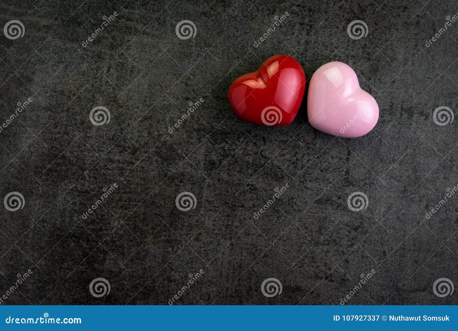 Las tarjetas del día de San Valentín wallpaper o fondo con forma roja y rosada del corazón