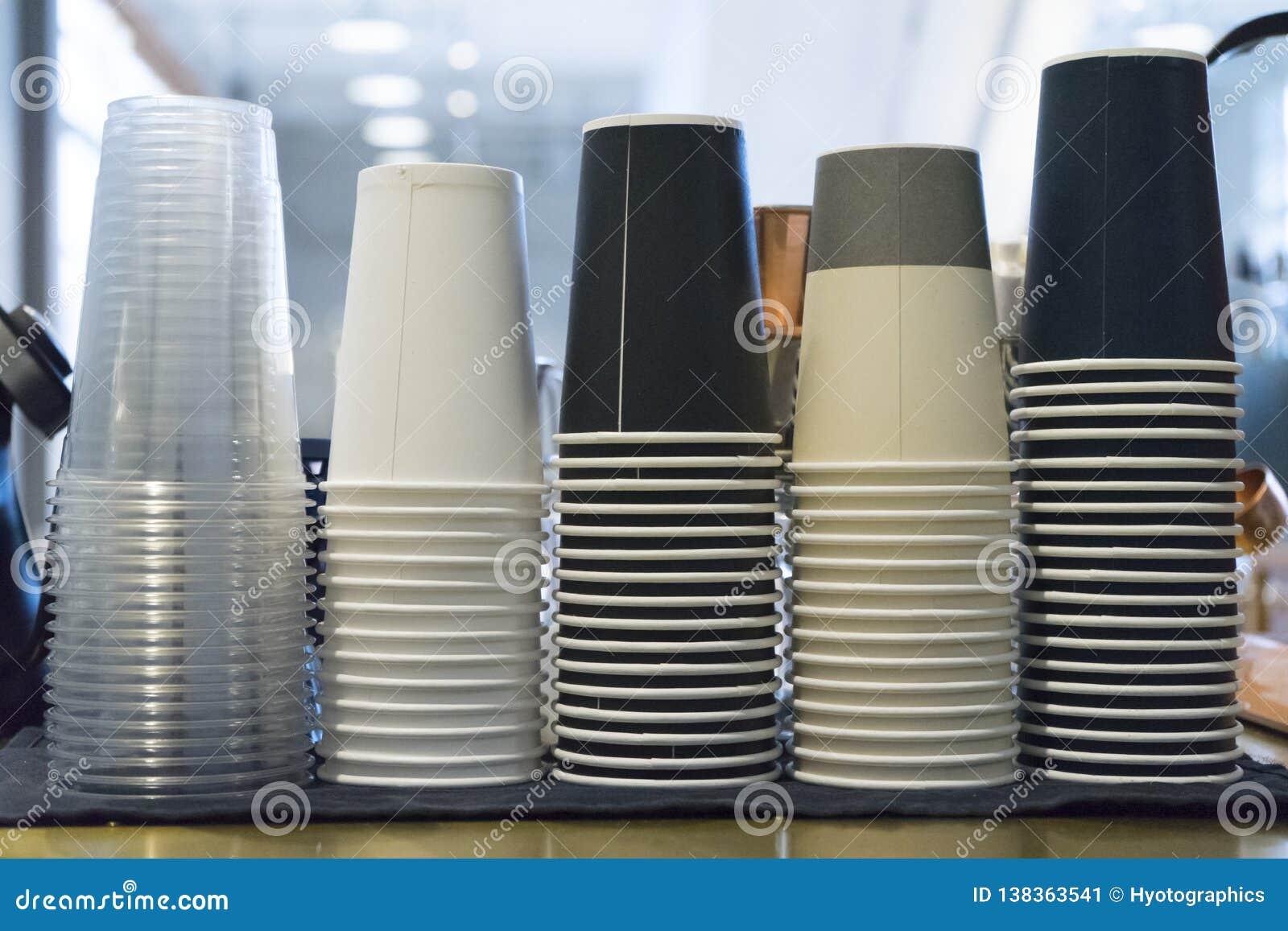Las tazas de café para llevar llenaron para arriba por el tipo