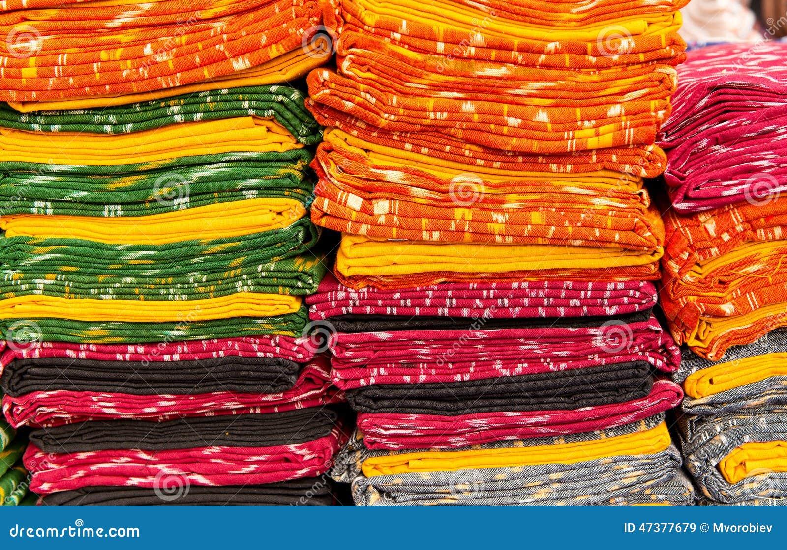 Las telas del pa o apilan en un mercado local en la india - Telas de la india online ...
