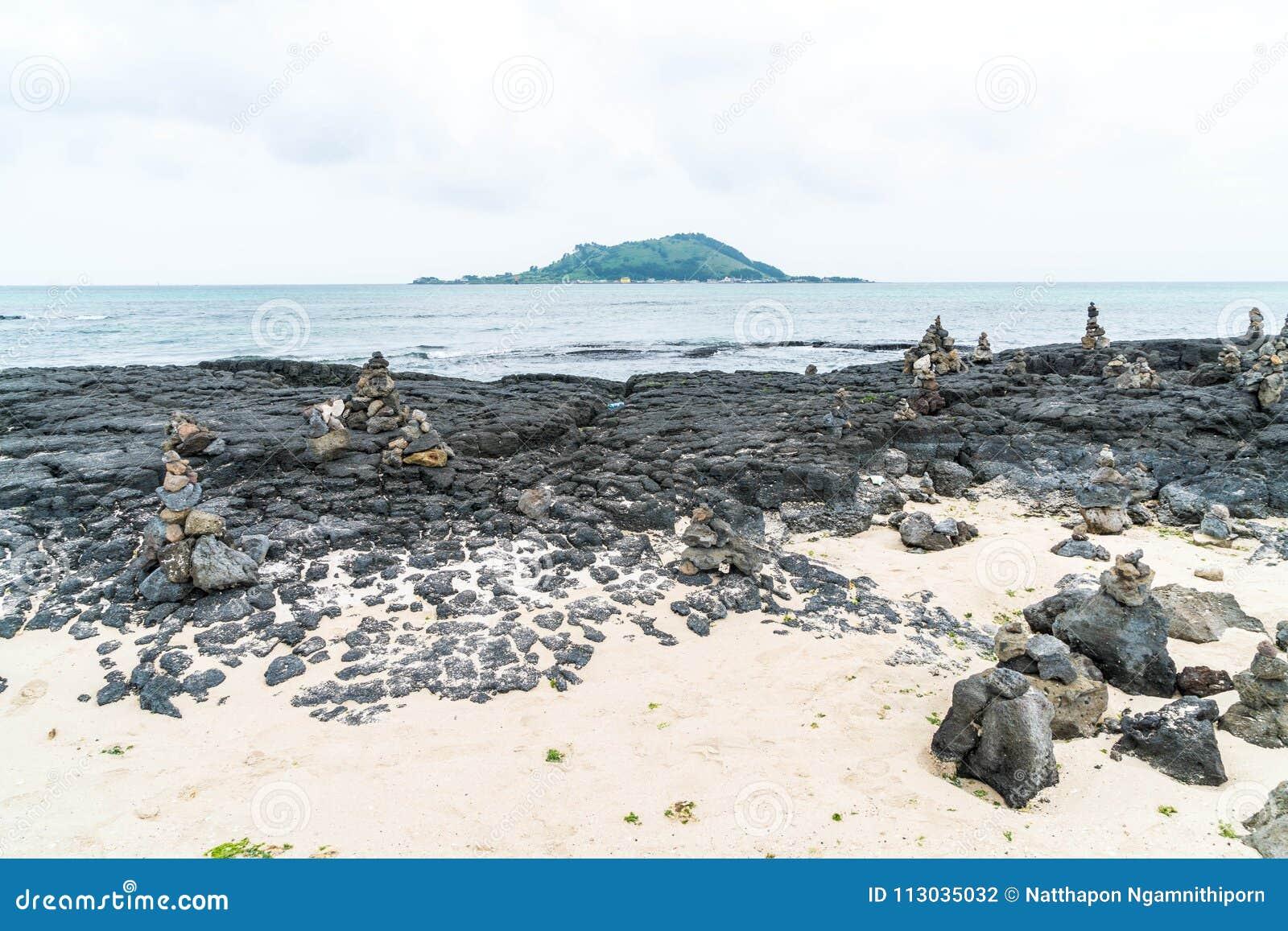 Las torres de piedra en rocas basálticas en Hyeopjae varan, isla de Jeju