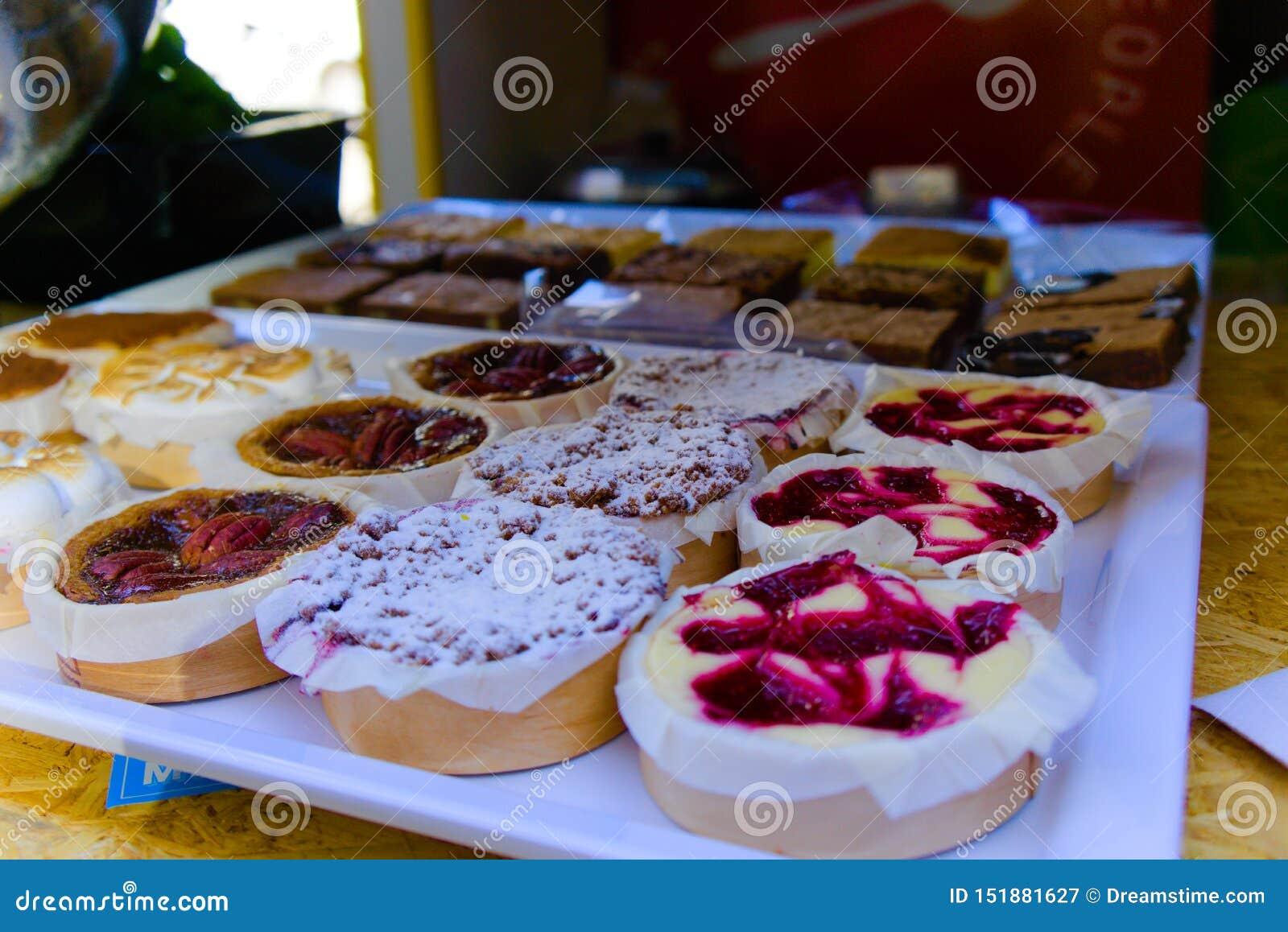 Las tortas coloridas vendieron en la feria de la calle