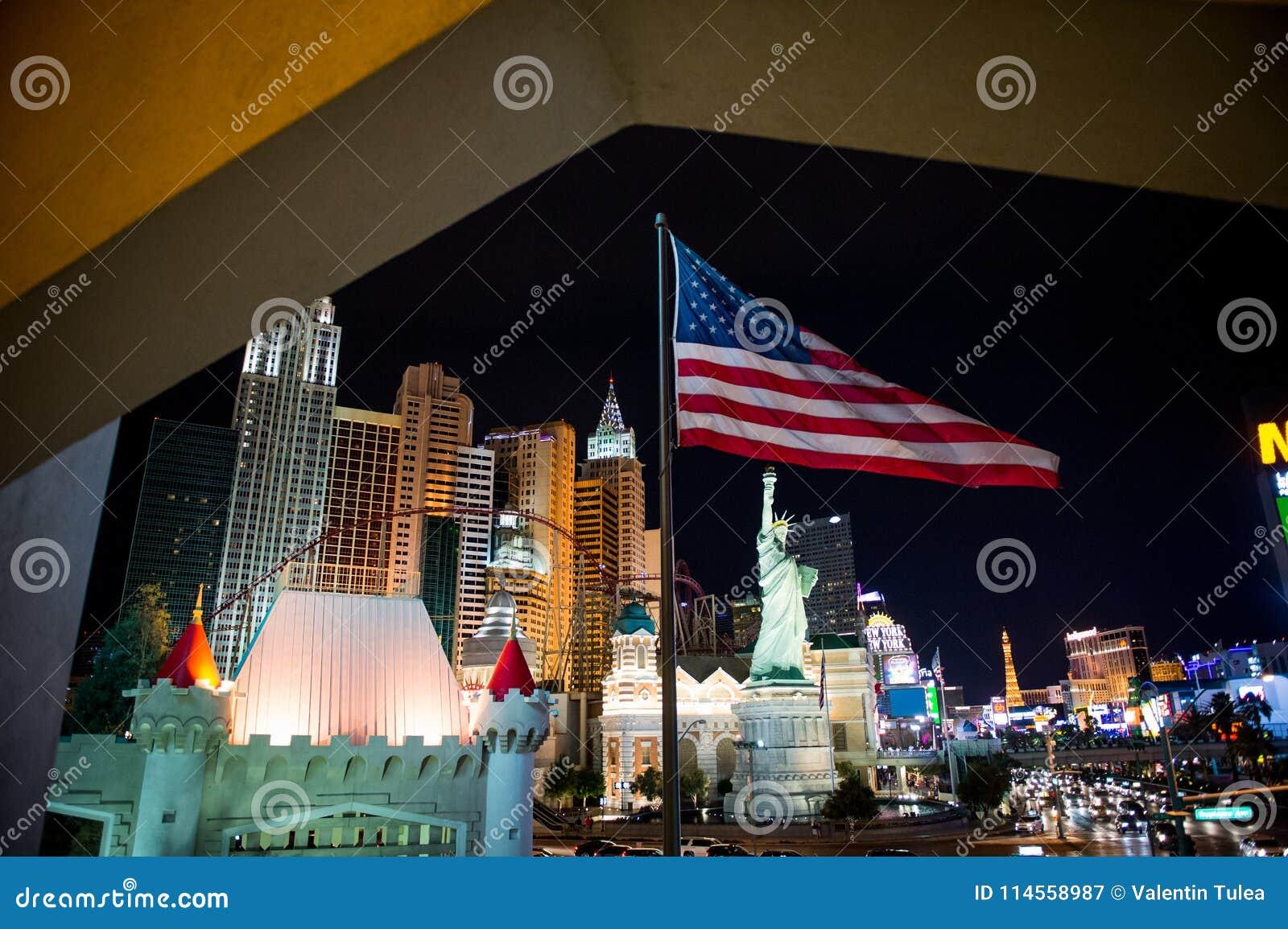 Las Vegas en la noche Bandera americana en frente