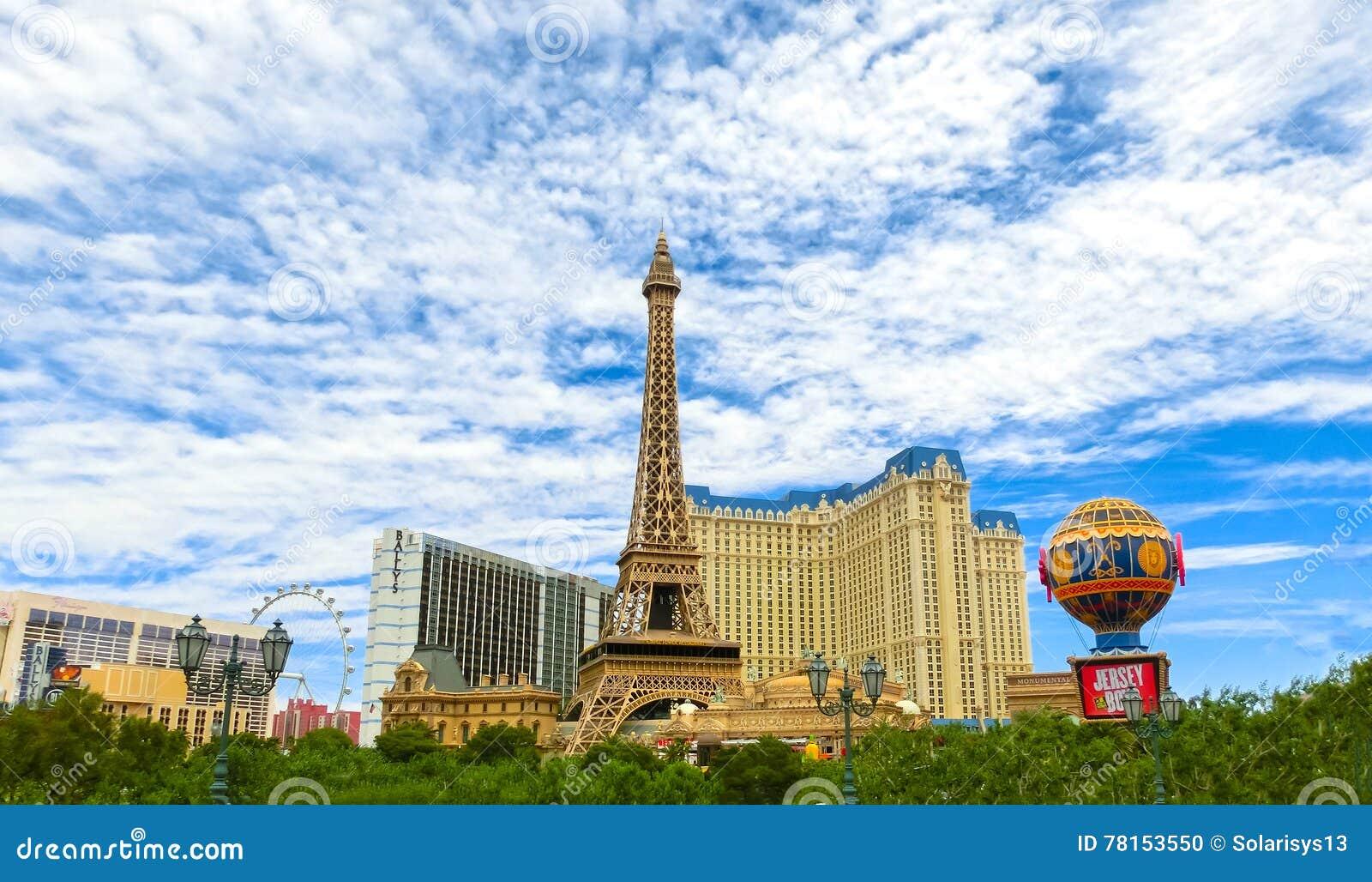 Las Vegas, Estados Unidos da América - 5 de maio de 2016: Torre Eiffel da réplica dentro com o céu azul claro