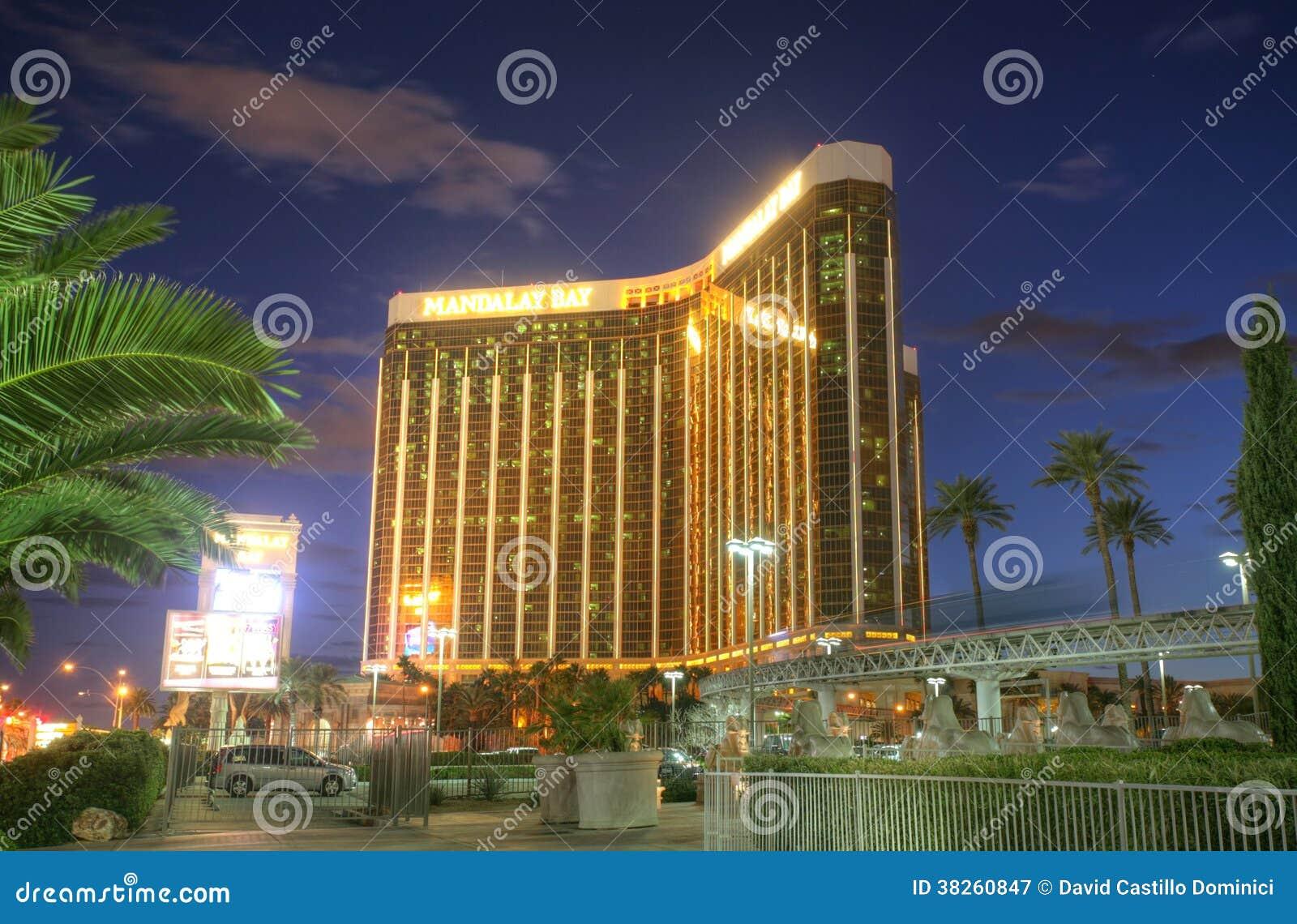 LAS VEGAS - FEBRUARI 3: Solnedgångsikt av det Mandalay fjärdhotellet och kasinot