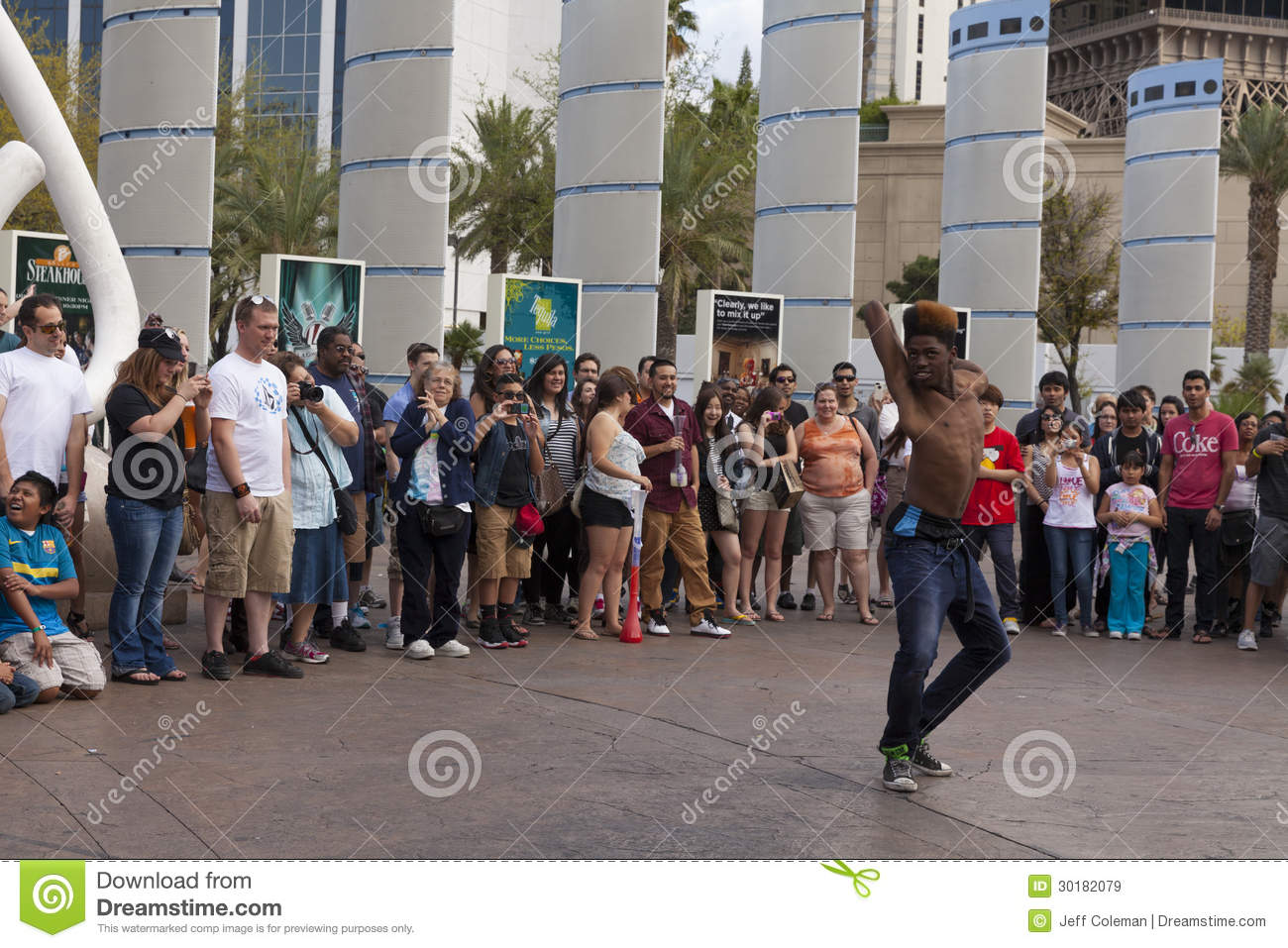 Street Performer Turf Amazes Tourists In Las Vegas Nv On