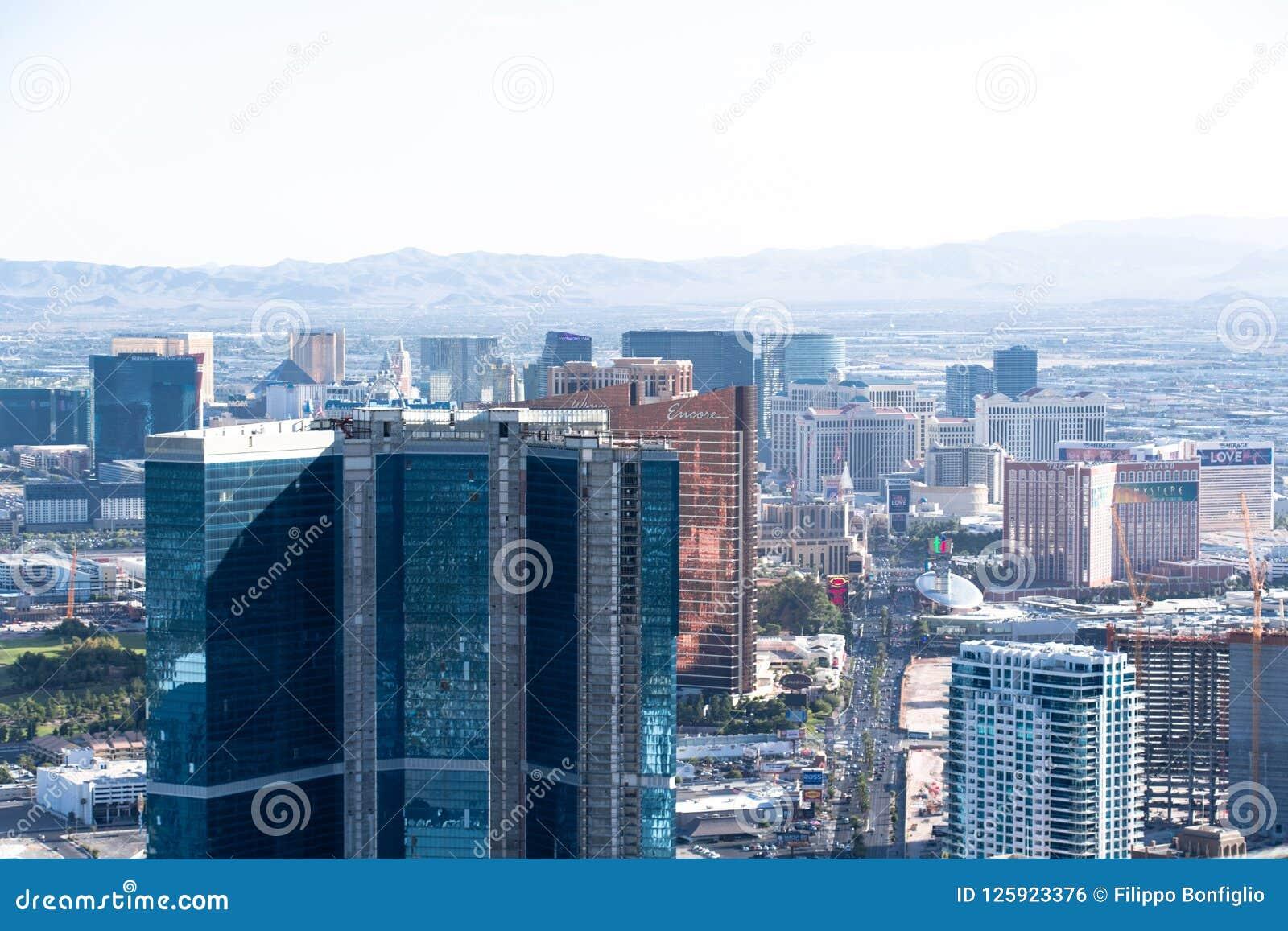 Las Vegas, Nanovolt, USA 09032018: Stadtbild vom Stratosphäreturm tagsüber mit Bergen im Hintergrund