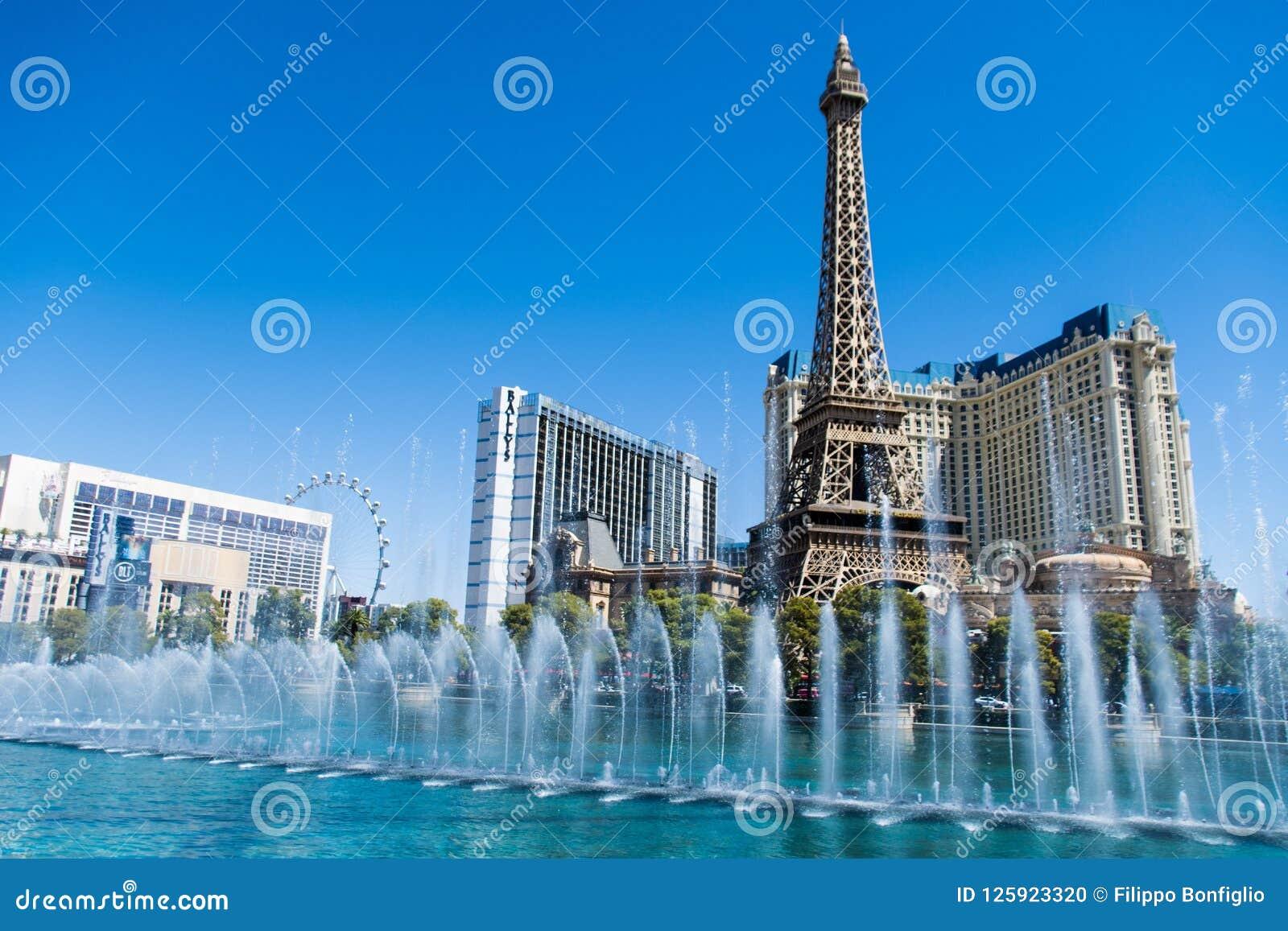 Las Vegas NV, USA 09032018: bedöva sikt av det Paris hotellet i dagljus under den bellagio springbrunnen visa