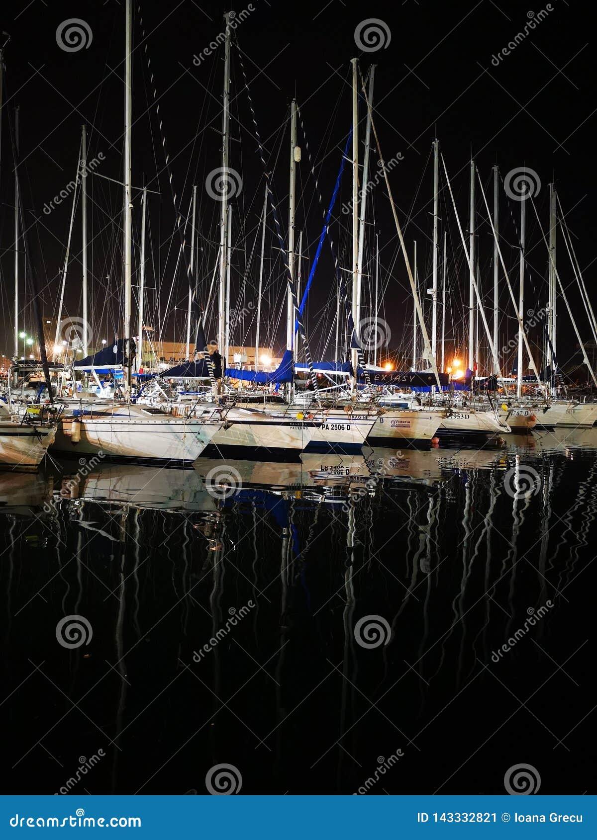 Las velas navegan los barcos en el puerto de Palermo, Italia