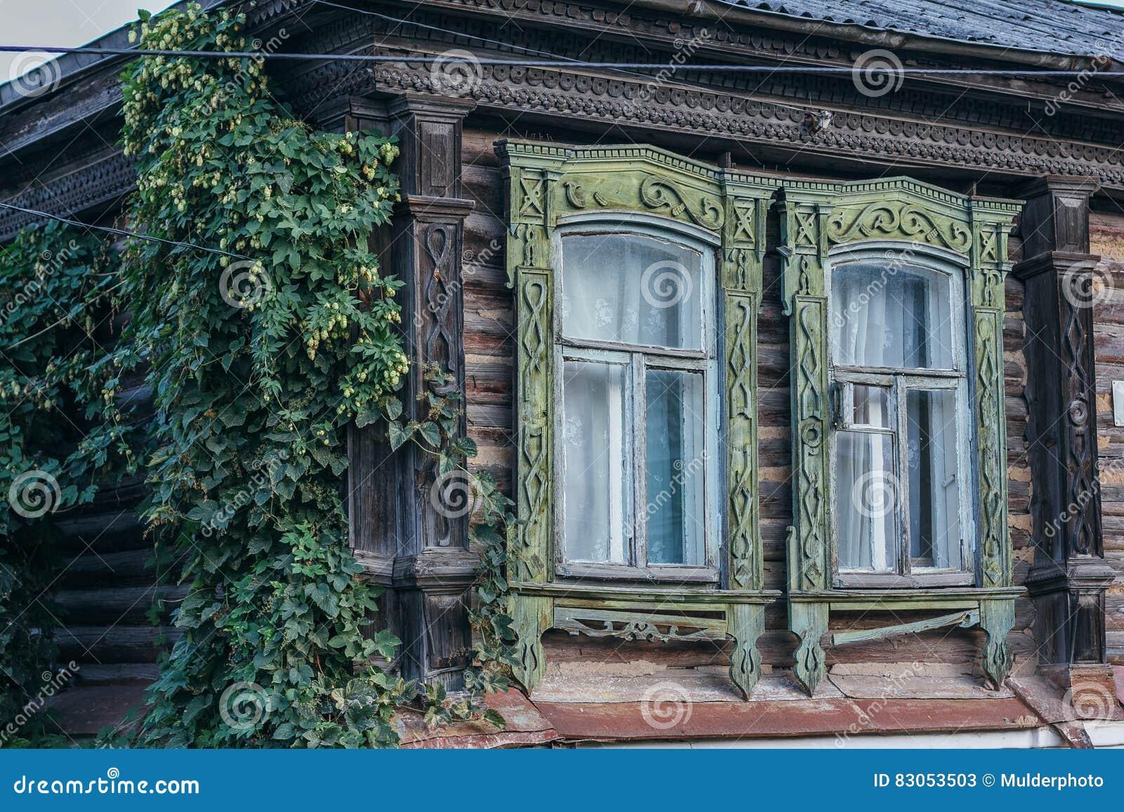 Las Ventanas Talladas Viejas Con Los Marcos, La Pared De Una Casa De ...