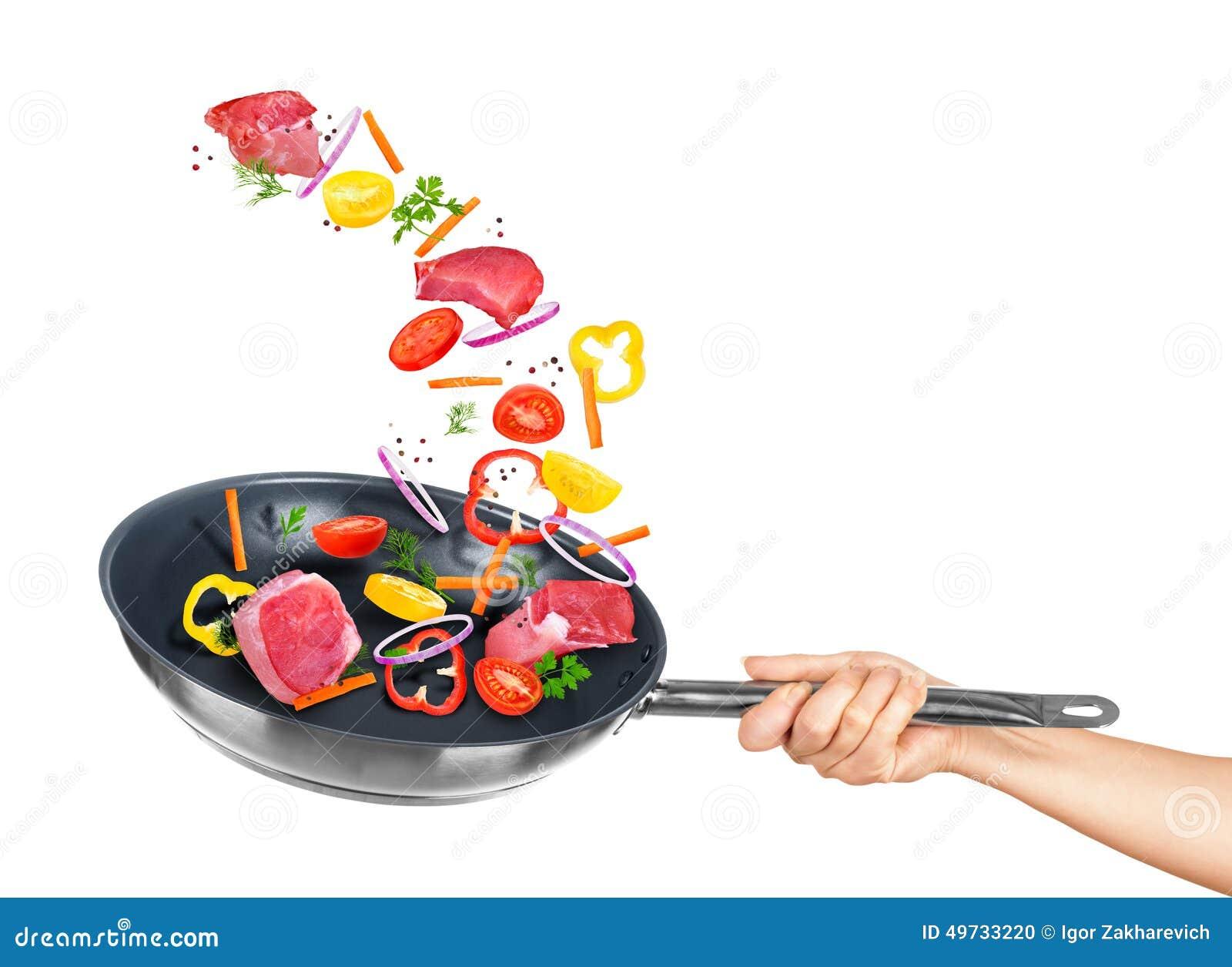 Las verduras de la carne y de la mezcla caen en el sartén