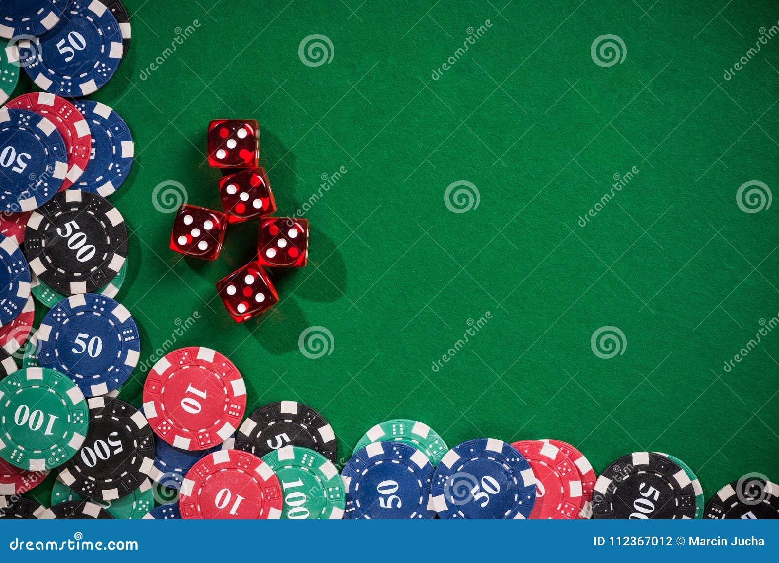 Las virutas de póker del casino y cortan en cuadritos
