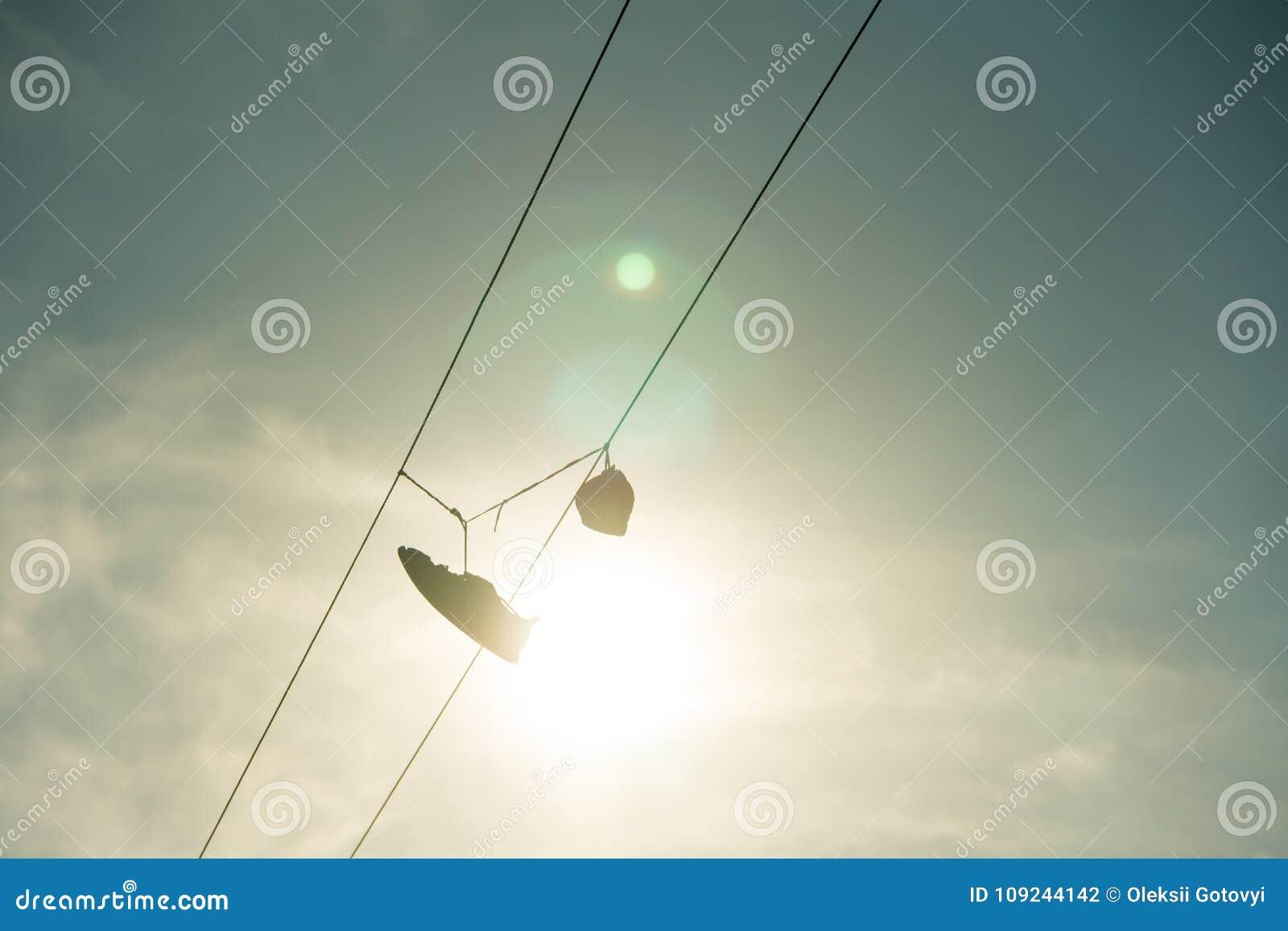 Cable De Las Deporte Zapatillas En La Línea Eléctrica Cuelgan pGSMVqzLU