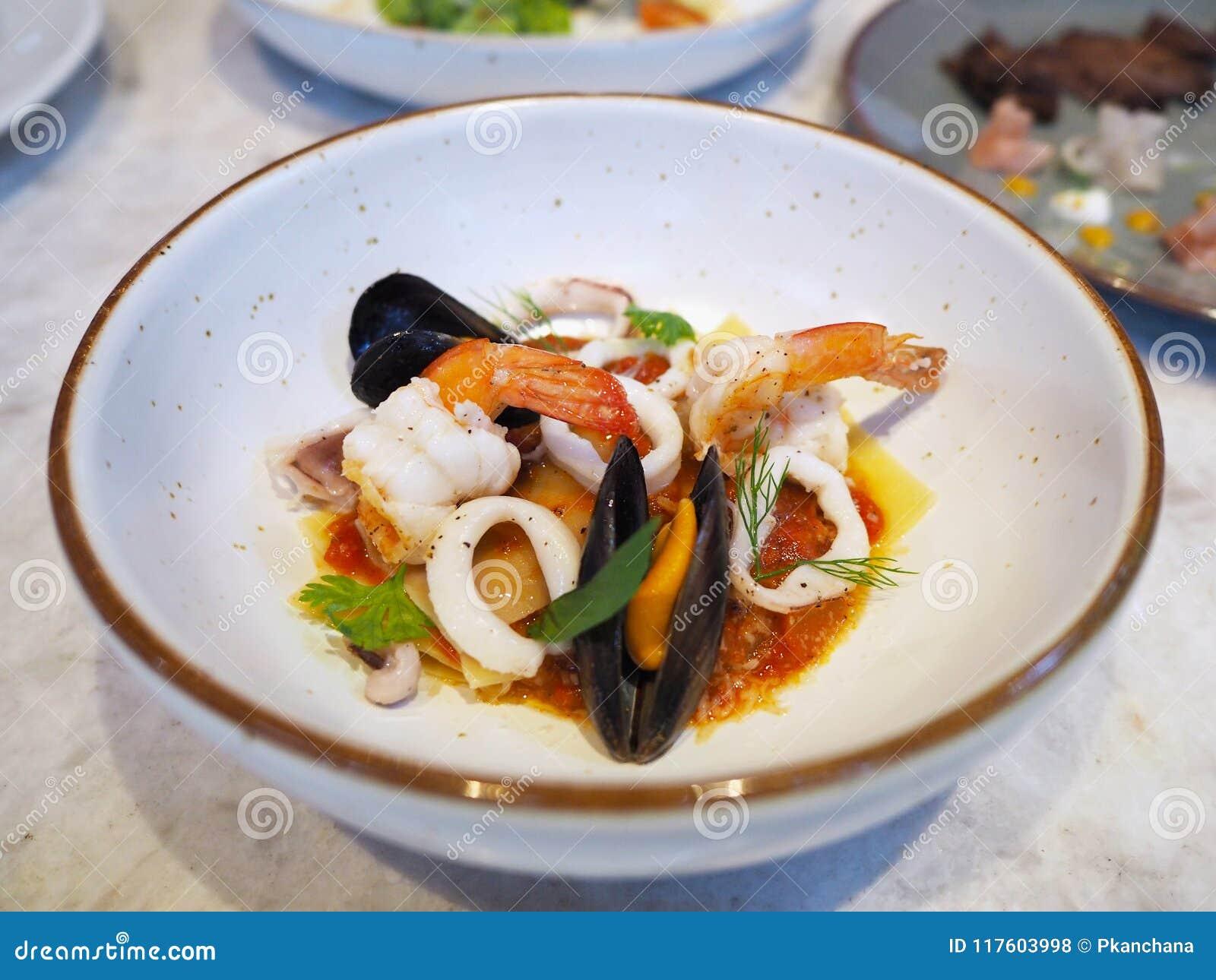 Lasañas con los mariscos y la salsa spisy