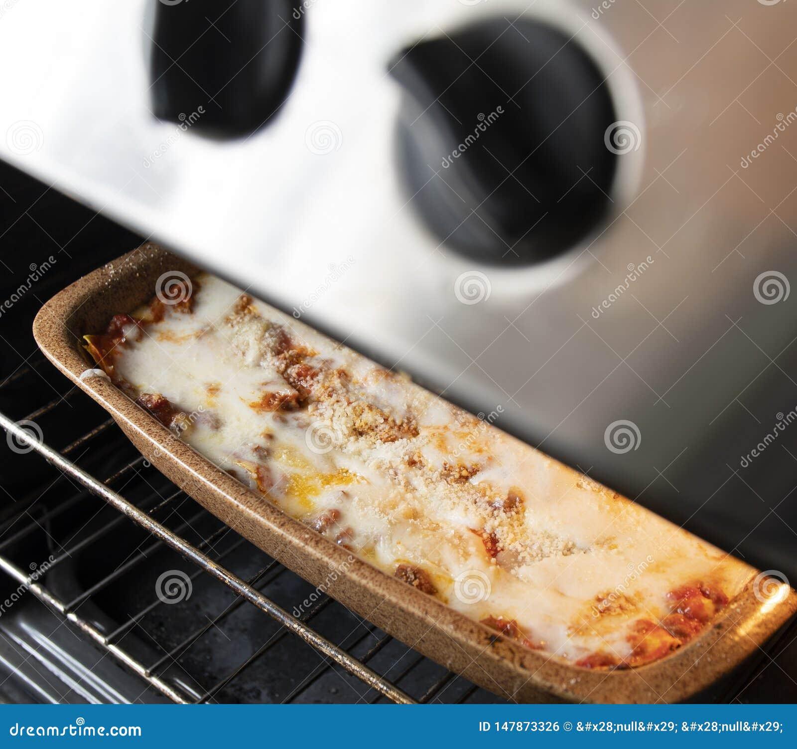 Lasagne bolonais traditionnel dans la cuisson