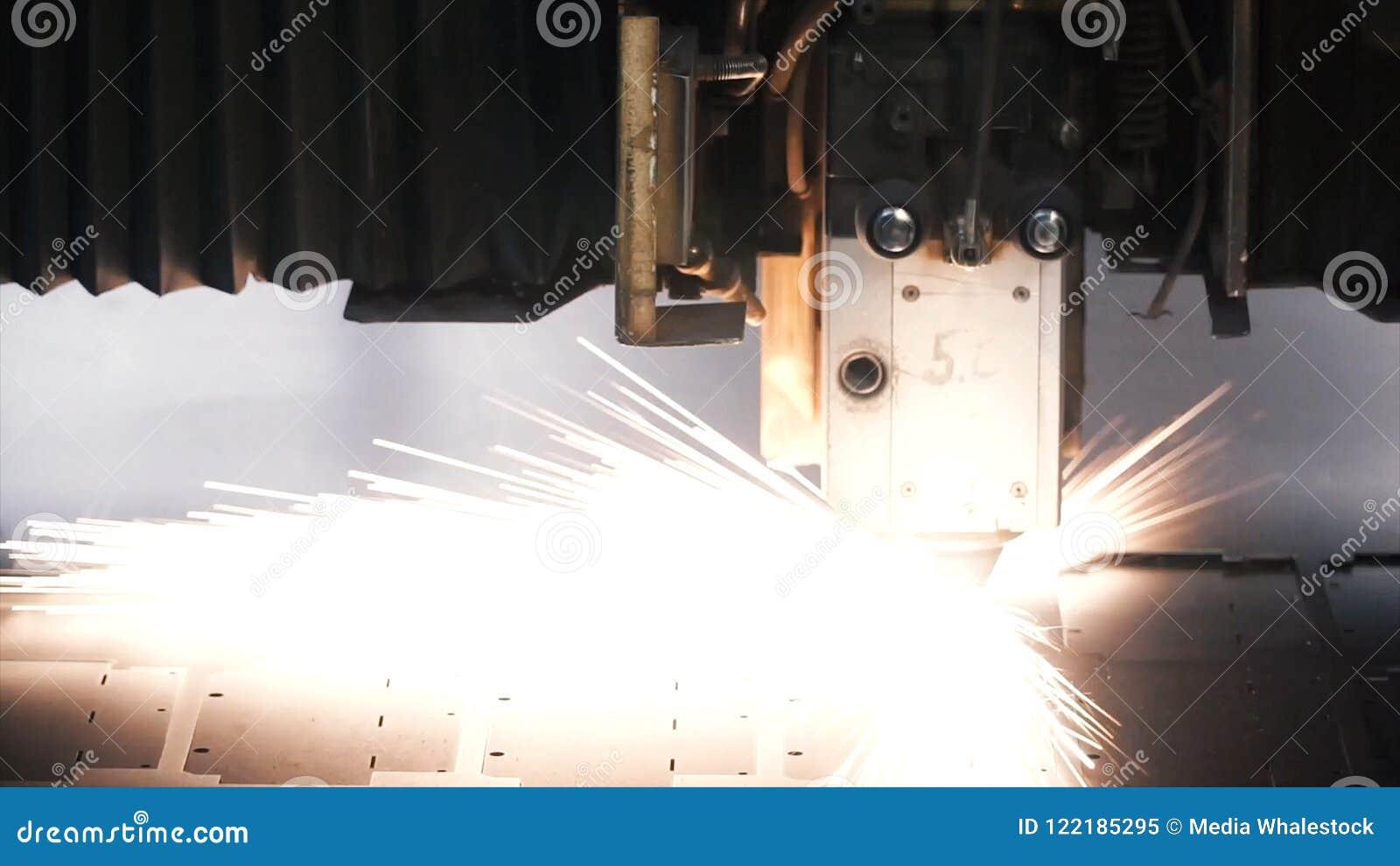 Laser-Maschinenausschnitt des Blechs clip Funken fliegen von Laser durch automatischen Schnittcnc, PLC-Maschine