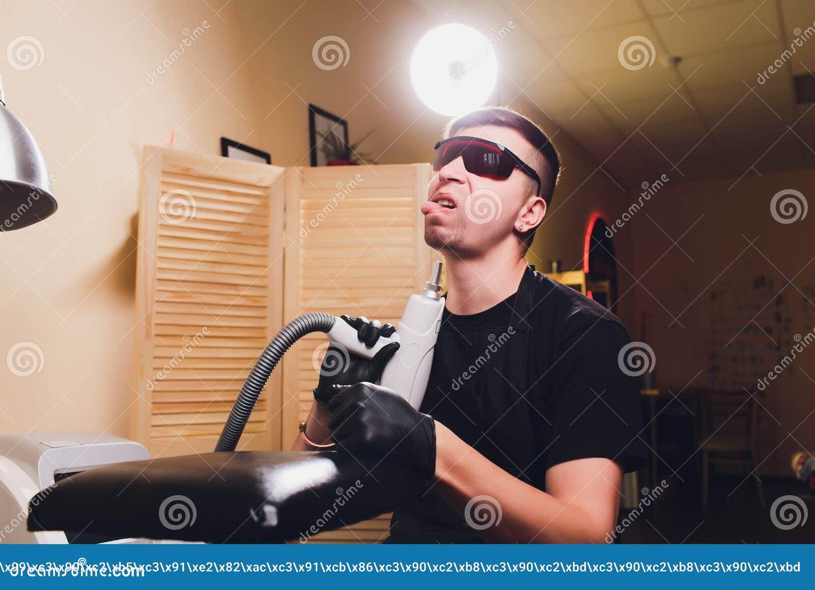 Laser profesional del retiro del tatuaje del Cosmetologist en salón