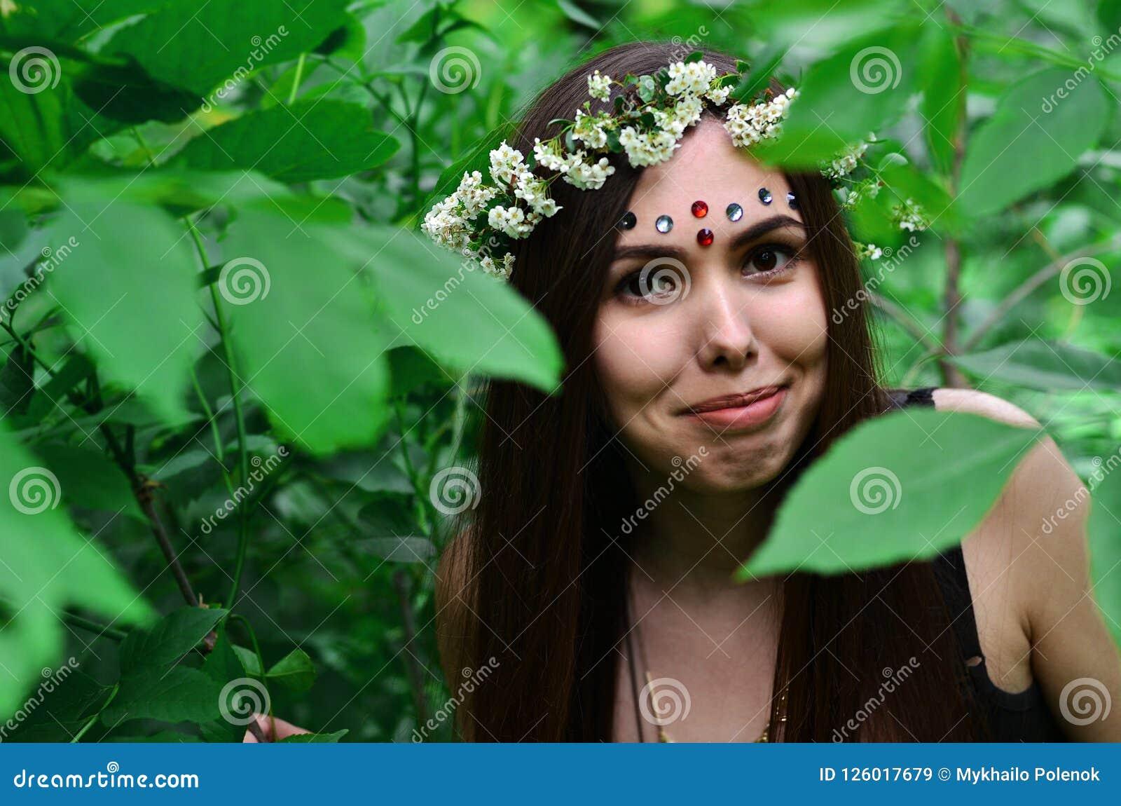 Lasowy obrazek piękna młoda brunetka Europejski pojawienie z ciemnego brązu oczami i wielkimi wargami