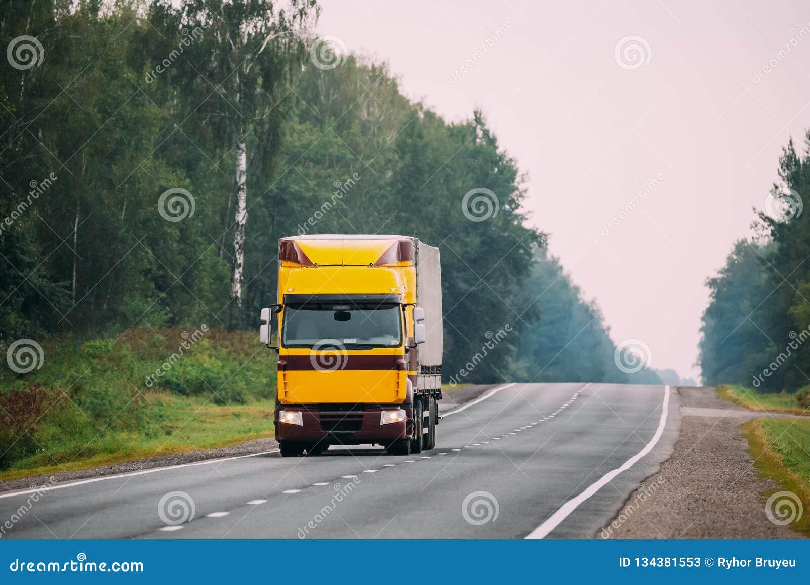 Lastbil- eller traktorenhet som är främsta - flyttkarl, dragkraftenhet i rörelse på R