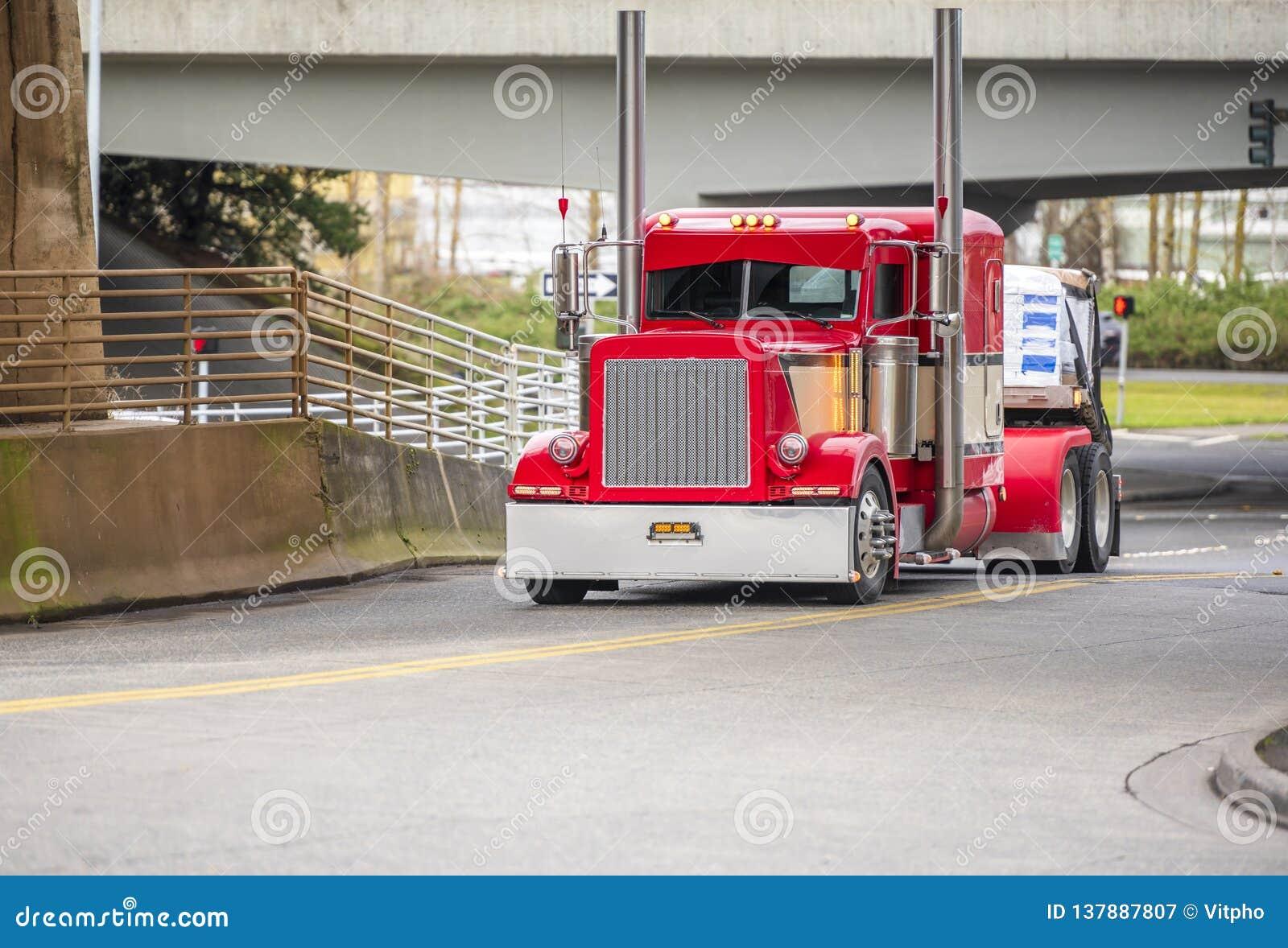 Lastbil för amerikansk förebild för stor rigg ljus röd klassisk halv för långt - transportsträckan sänder med höga kromavgasrörrö
