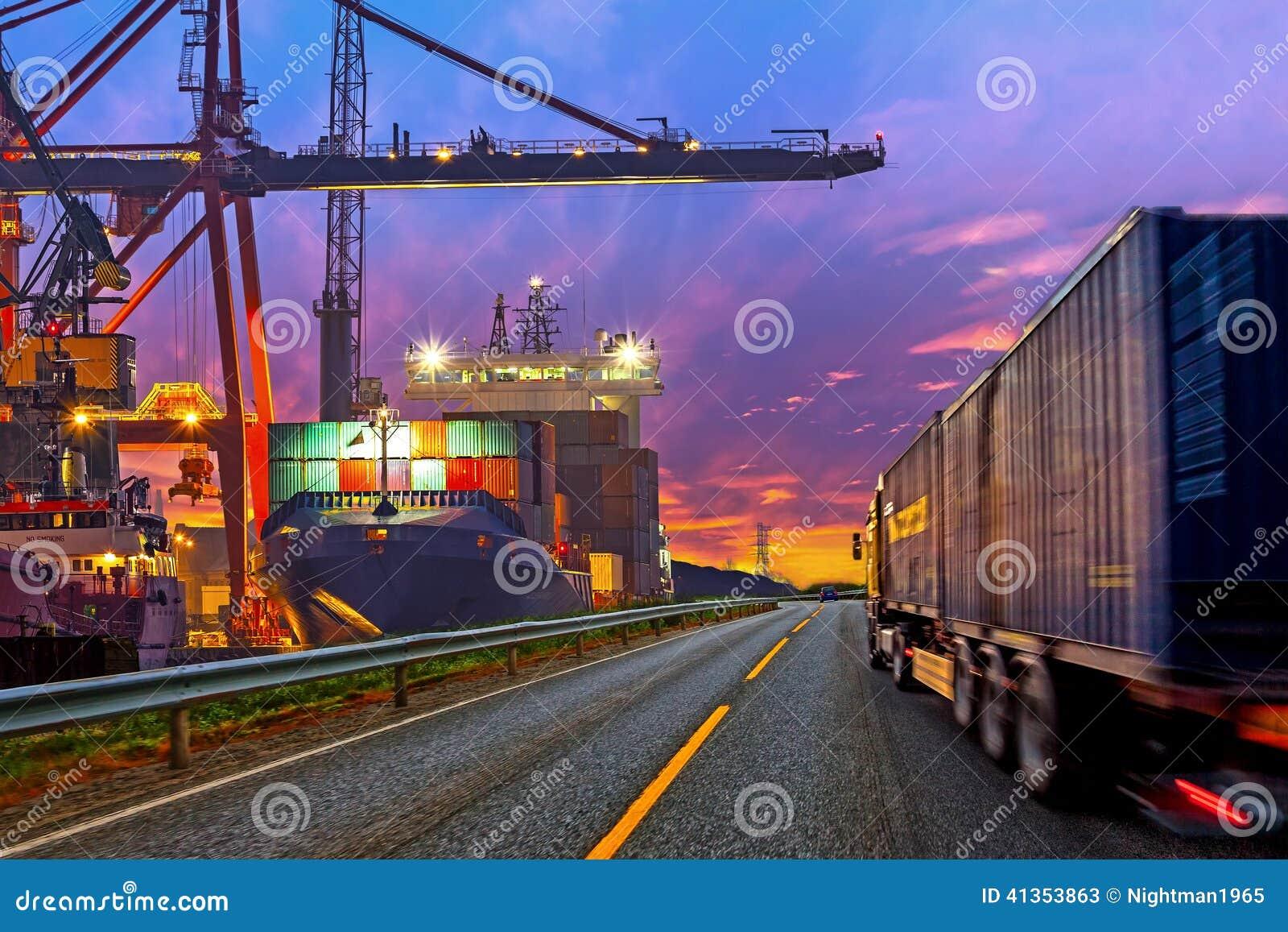 Lastbil i port