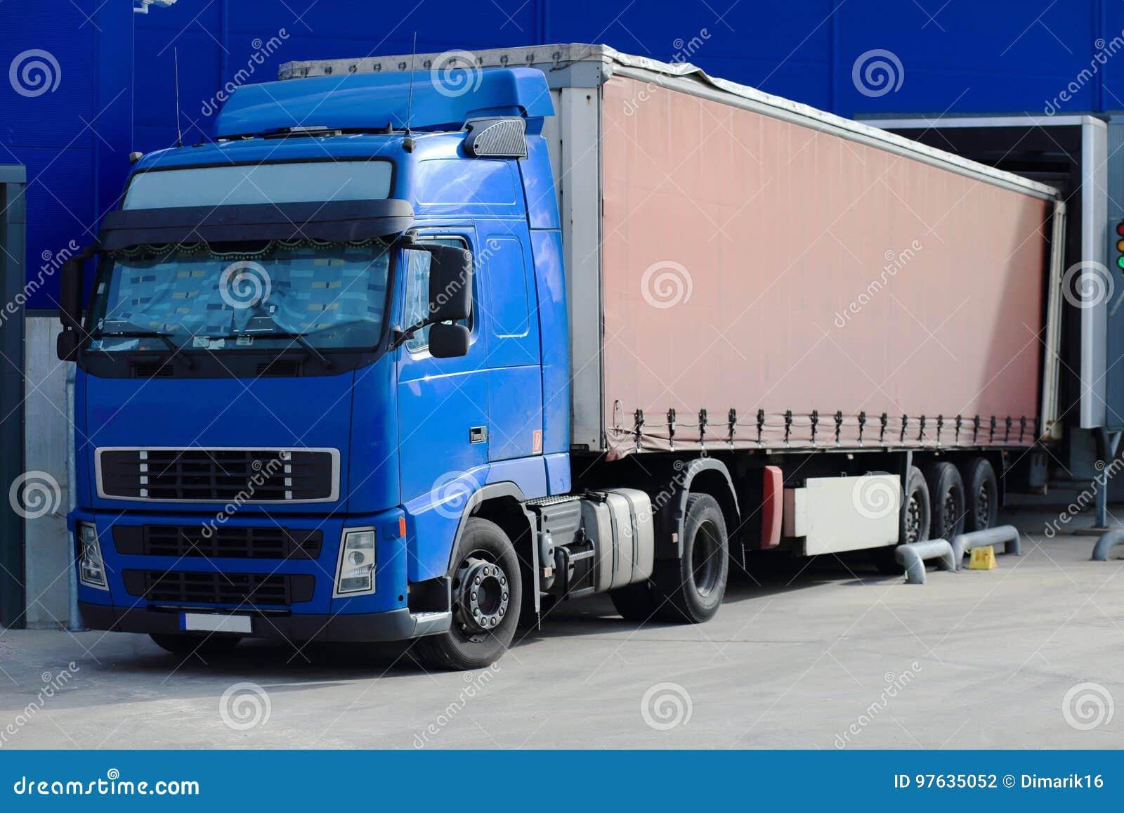 Lastbil på närbilden för päfyllningsskeppsdockor