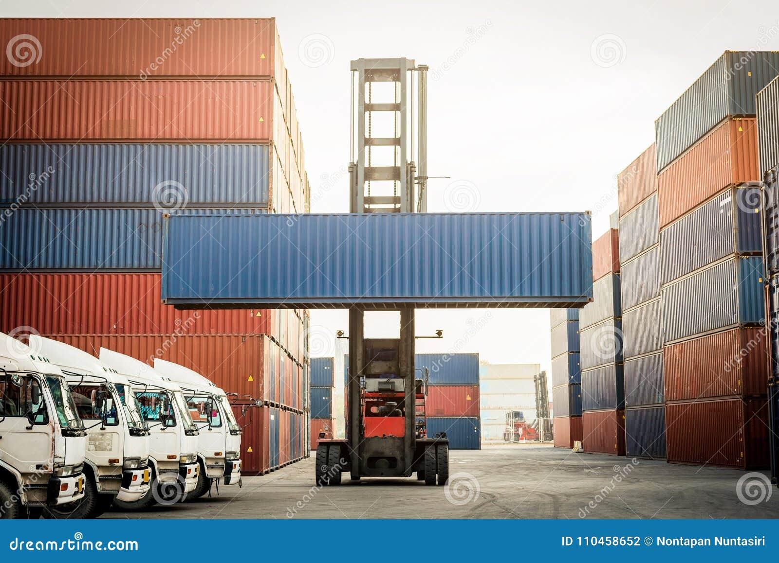 Lastbilen och gaffeltrucken med behållaren boxas för logistiskt