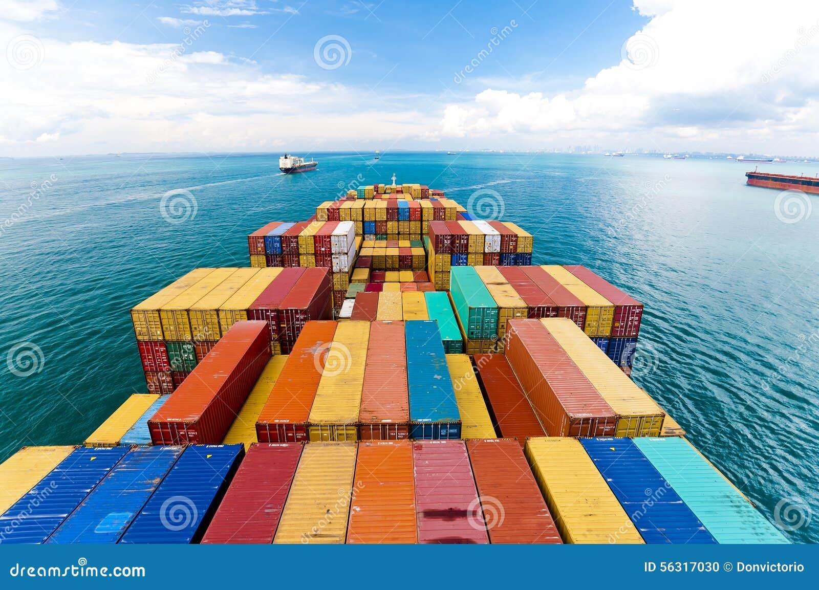 Lastfartyg som skriver in en av de mest upptagna portarna i världen, Singapore