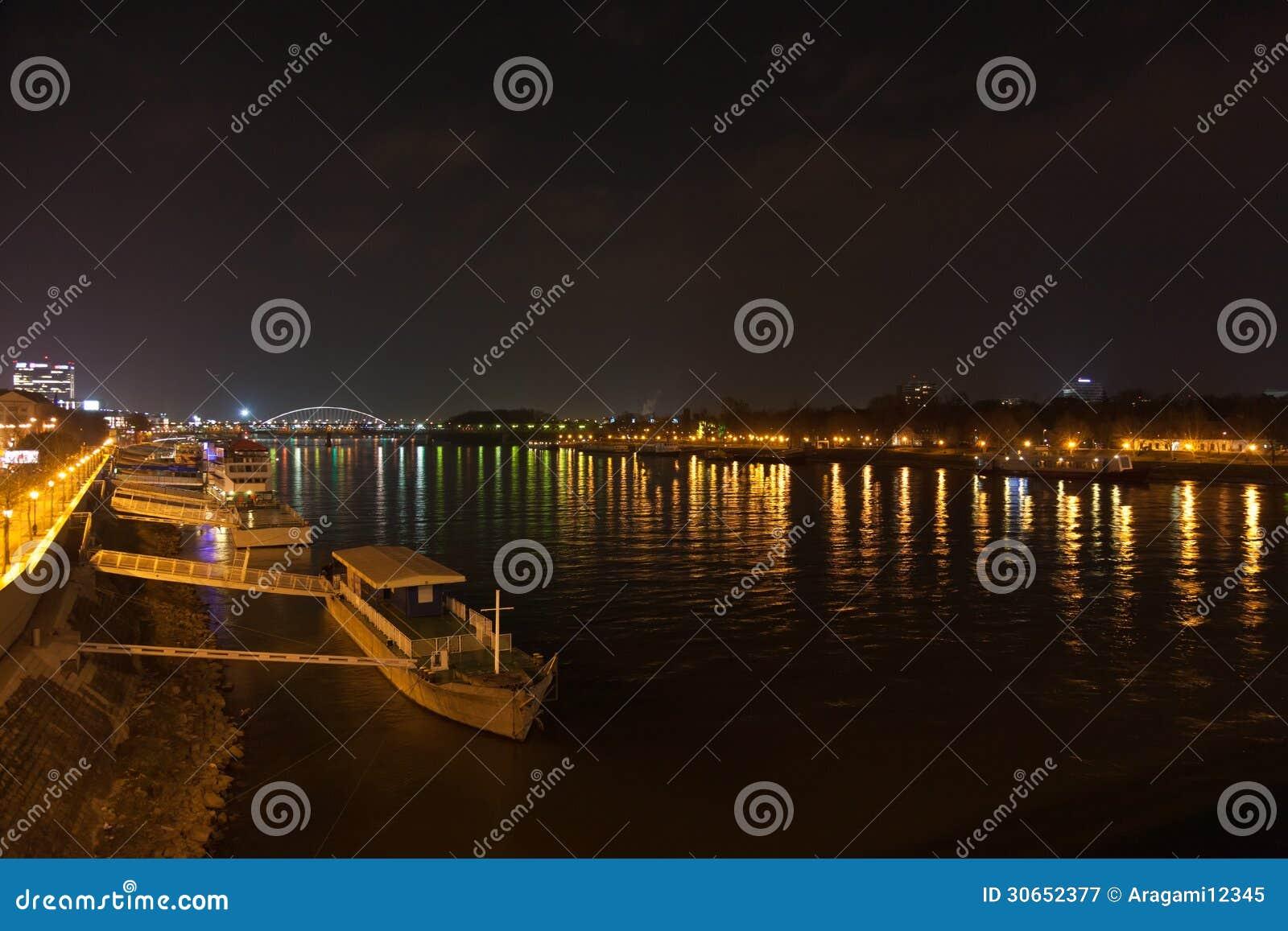 Lastkahn und Nacht beleuchtet auf dem Dunai-Fluss