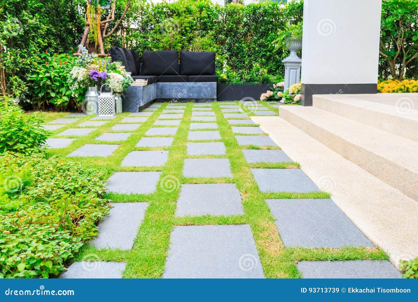 Lastre di pietra sull 39 erba nel giardino immagine stock - Lastre da giardino ...