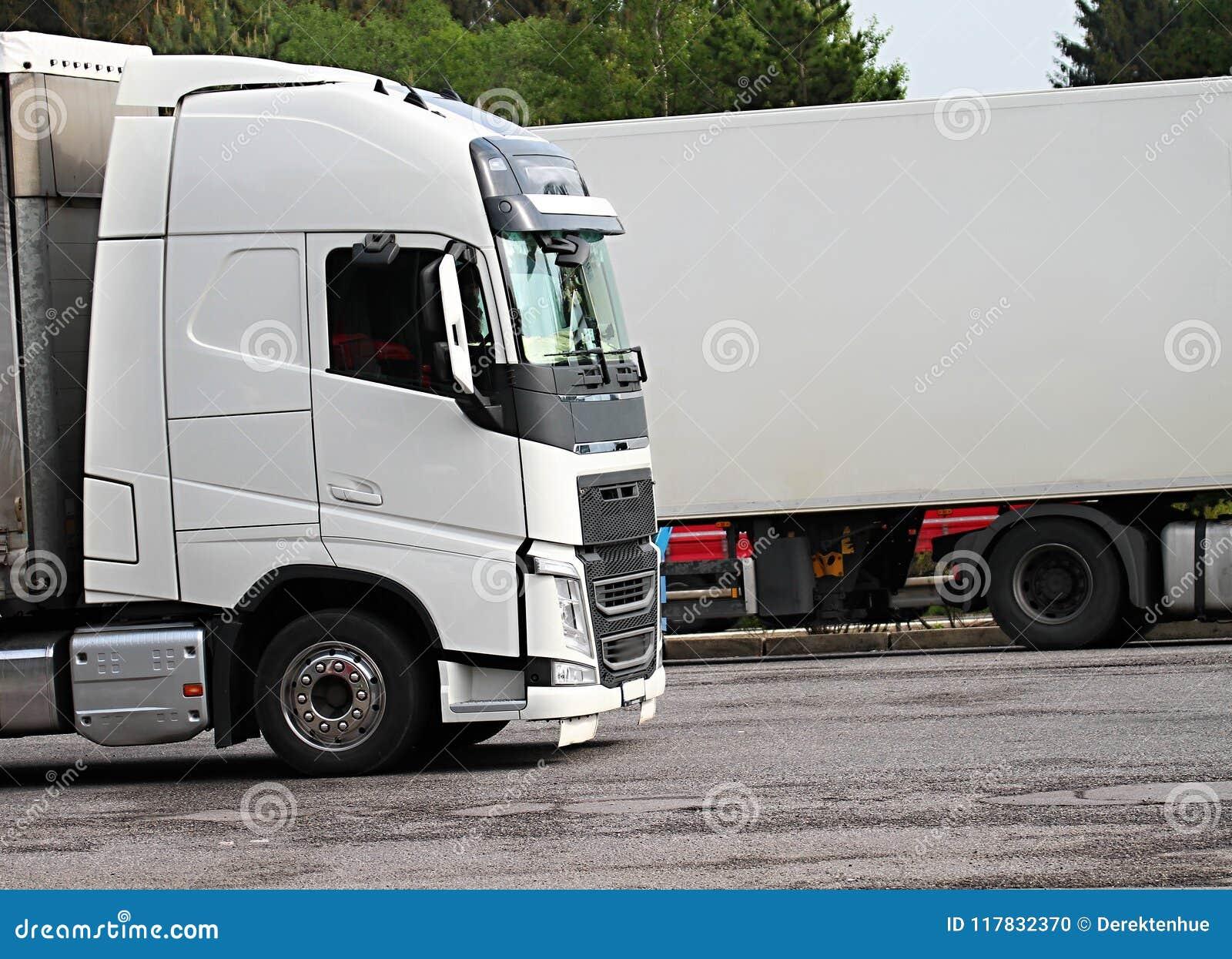 Lastwagen parkten herauf außerhalb einen Firma-` s Autoparkplatz