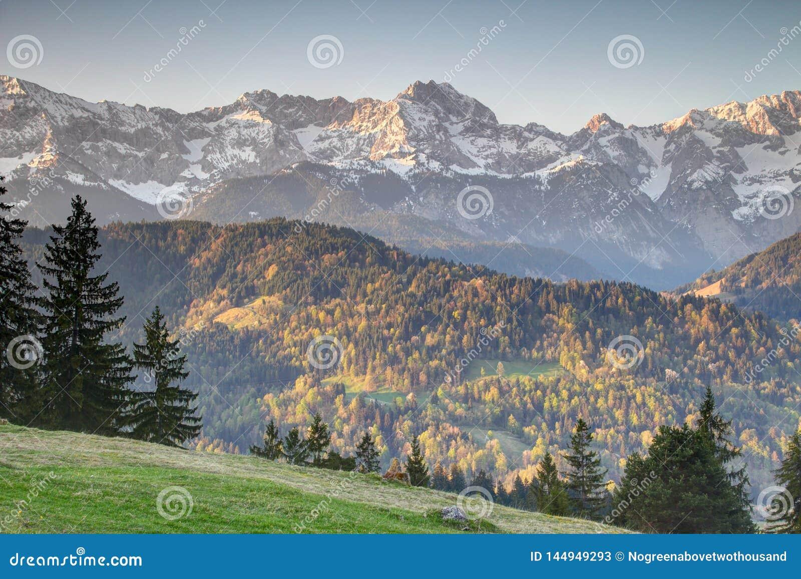 Lasy, łąki i śnieżne granie w Bawarskich Alps Niemcy,