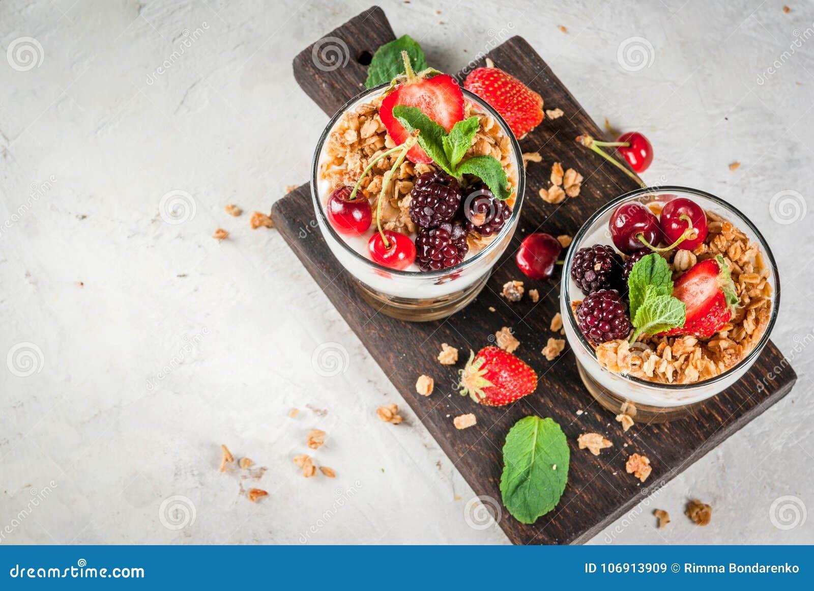 Lata śniadanie z świeżymi jagodami i owoc