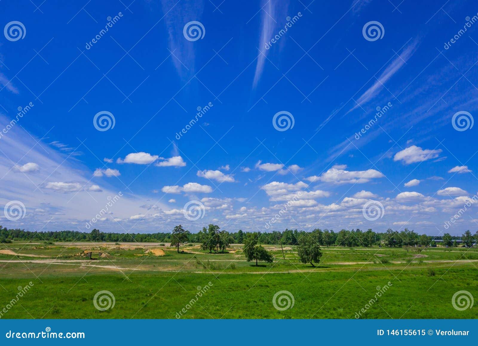Lata krajobrazowy niebieskie niebo z bia?ymi wispy chmurami