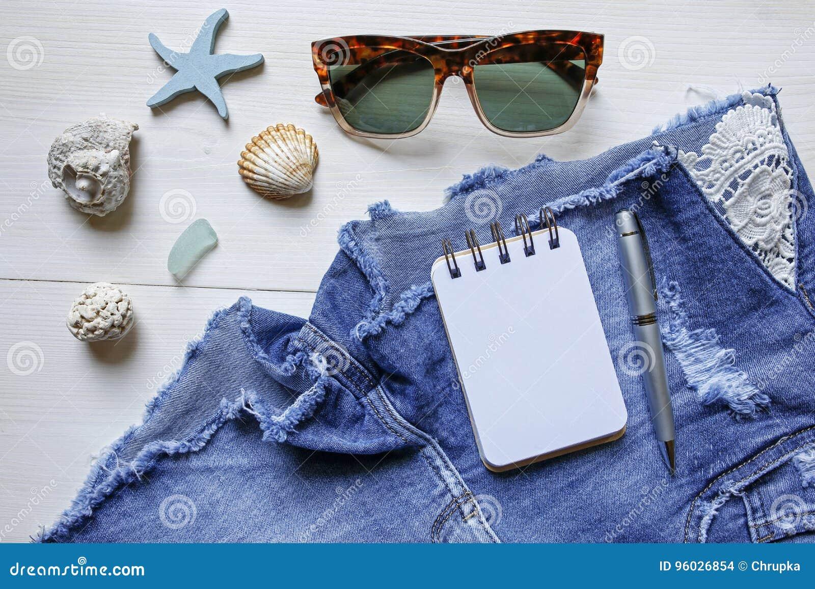 Lata pojęcia planistyczni cajgi zwierają, okulary przeciwsłoneczni, seashells i notatnik,