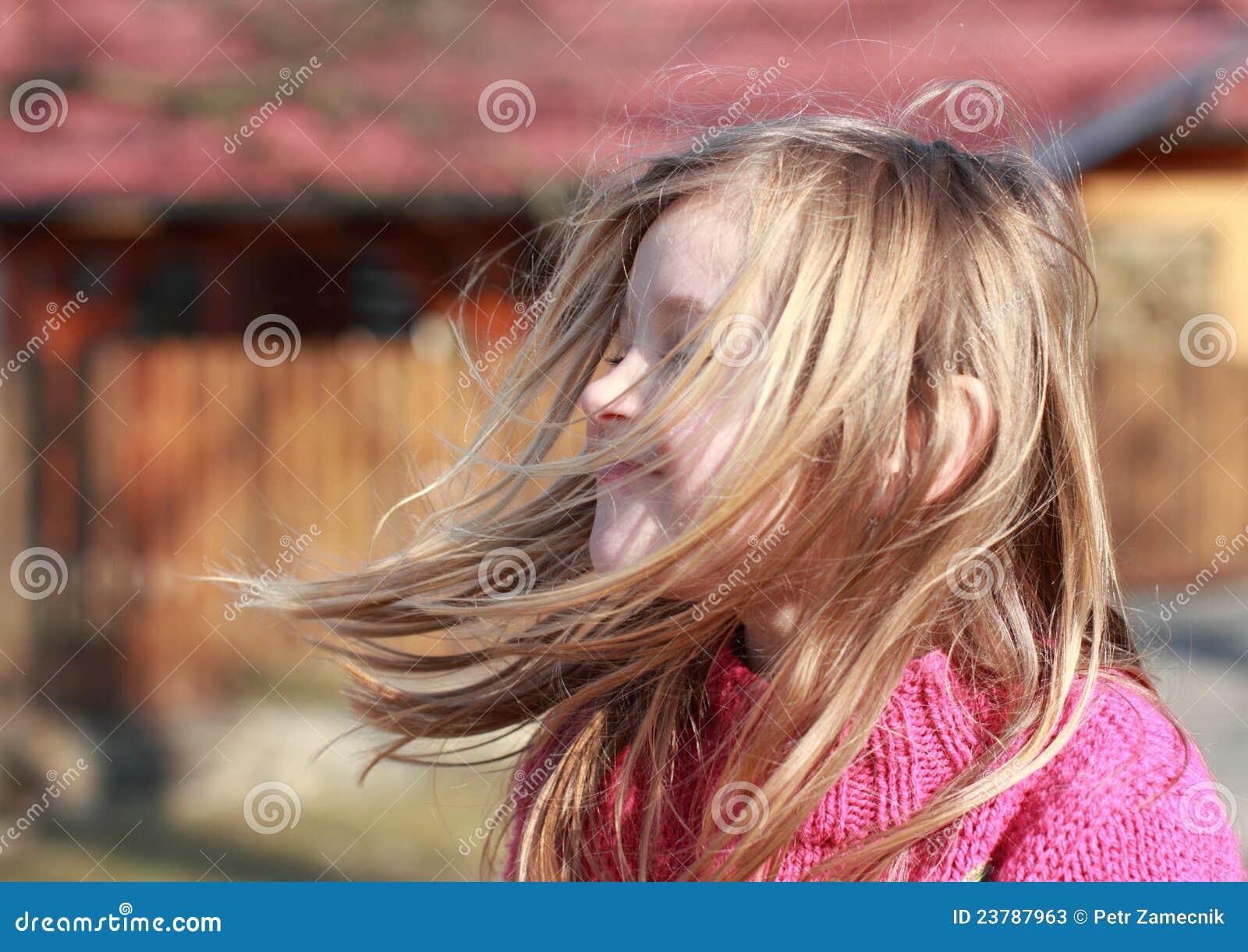 Latająca dziewczyna słucha małego wiatr